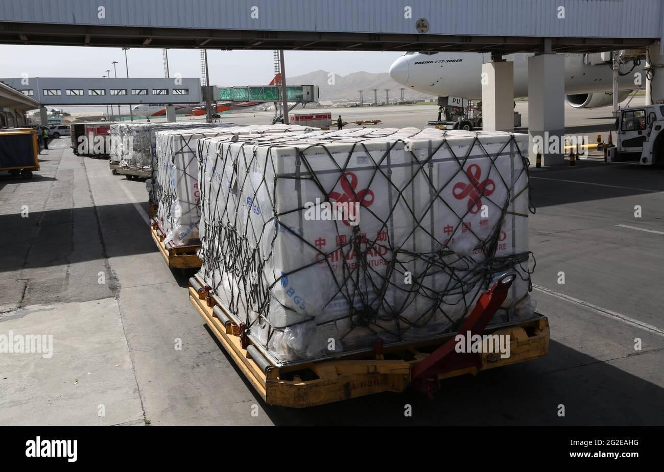 Kabul, Afghanistan. Juni 2021. Das am 10. Juni 2021 aufgenommene Foto zeigt Pakete mit chinesischen COVID-19-Impfstoffen, die am Hamid Kazia International Airport in Kabul, der Hauptstadt Afghanistans, ankommen. Eine Charge von COVID-19-Impfstoffen, die von der chinesischen Regierung gespendet wurden, traf am Donnerstag in Kabul, der Hauptstadt Afghanistans, ein. Quelle: Rahmatullah Alizadah/Xinhua/Alamy Live News Stockfoto