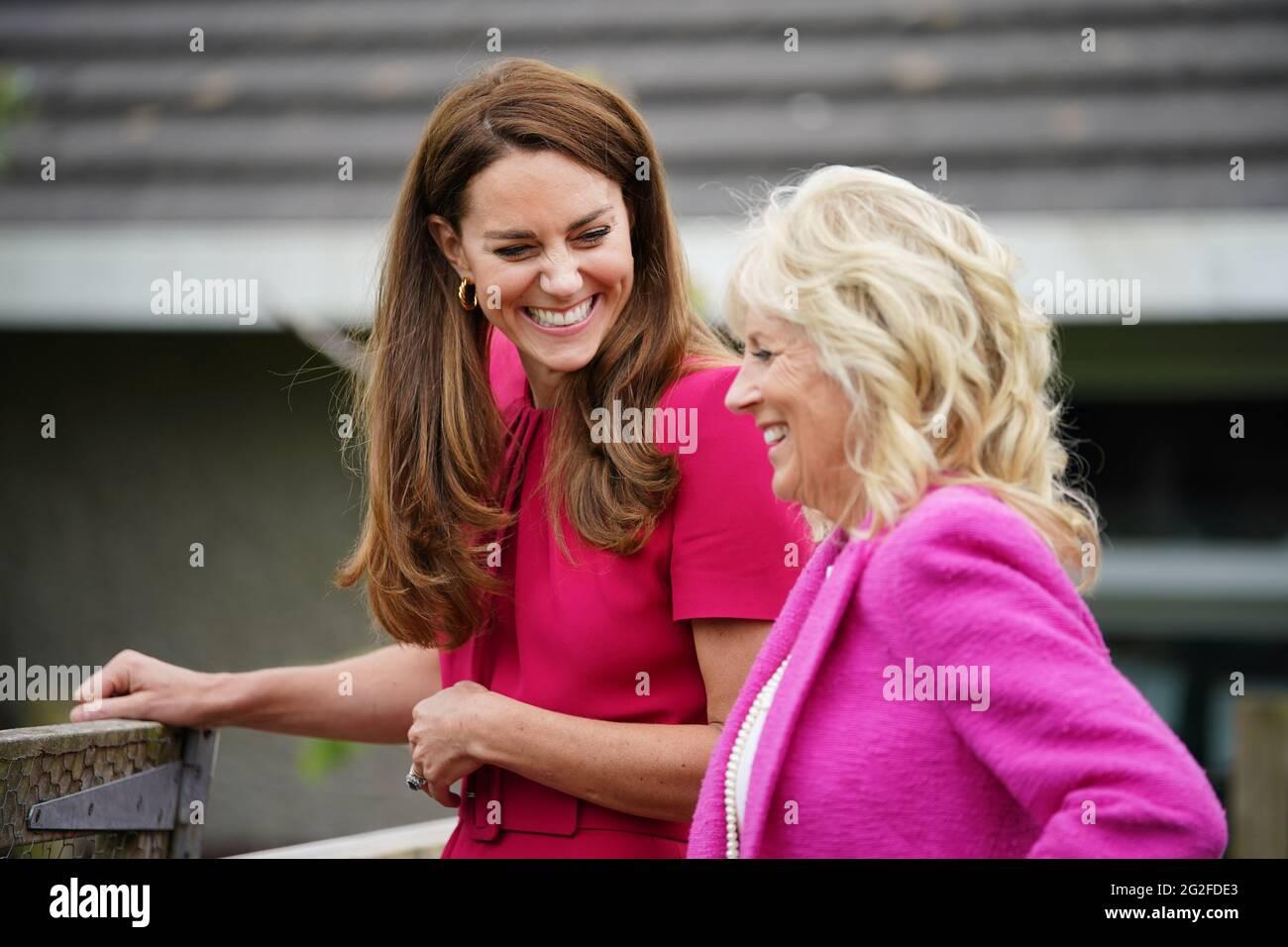 Die Herzogin von Cambridge (links) und die US-First Lady Jill Biden bei einem Besuch der Connor Downs Academy in Hayle, West Cornwall, während des G7-Gipfels in Cornwall. Bilddatum: Freitag, 11. Juni 2021. Stockfoto
