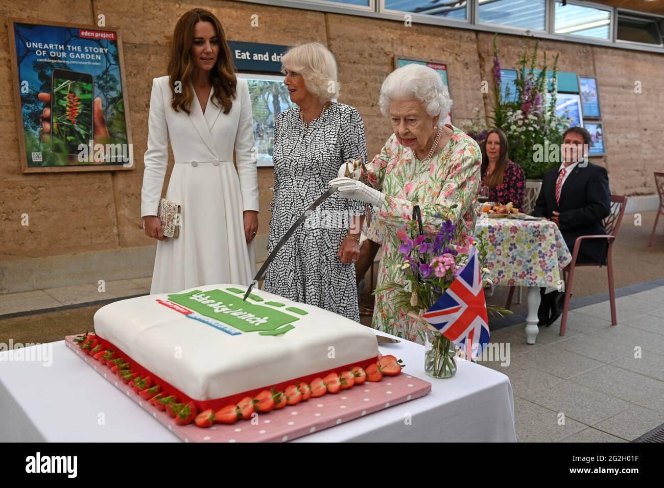 Königin Elizabeth II., die Herzogin von Cornwall und die Herzogin von Cambridge, schnitten einen Kuchen, als sie während des G7-Gipfels in Cornwall an einer Veranstaltung im Eden Project zur Feier der Big Lunch-Initiative teilnahmen. Bilddatum: Freitag, 11. Juni 2021. Stockfoto