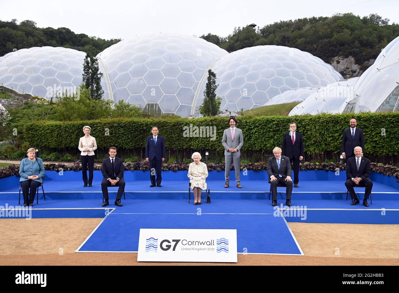 Königin Elizabeth II. Posiert mit den G7-Führern (hintere Reihe L bis R), der Präsidentin der Europäischen Kommission Ursula von der Leyen, dem japanischen Premierminister Yoshihihide Suga, dem kanadischen Premierminister Justin Trudeau, dem italienischen Premierminister Mario Draghi, dem Präsidenten des Europäischen Rates Charles Michel (vordere Reihe von links nach rechts) Bundeskanzlerin Angela Merkel, der französische Präsident Emmanuel Macron, der britische Premierminister Boris Johnson und der US-Präsident Joe Biden vor einem Empfang beim Eden-Projekt am 11. Juni 2021 während des G7-Gipfels in Cornwall, Großbritannien. Foto von Karwai Tang/G7 Cornwall 2021/UPI Stockfoto