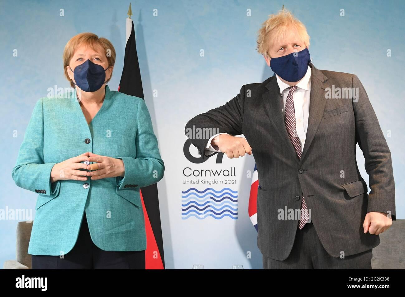 Premierminister Boris Johnson (rechts) begrüßt Bundeskanzlerin Angela Merkel vor einem bilateralen Treffen während des G7-Gipfels in Cornwall. Bilddatum: Samstag, 12. Juni 2021. Stockfoto