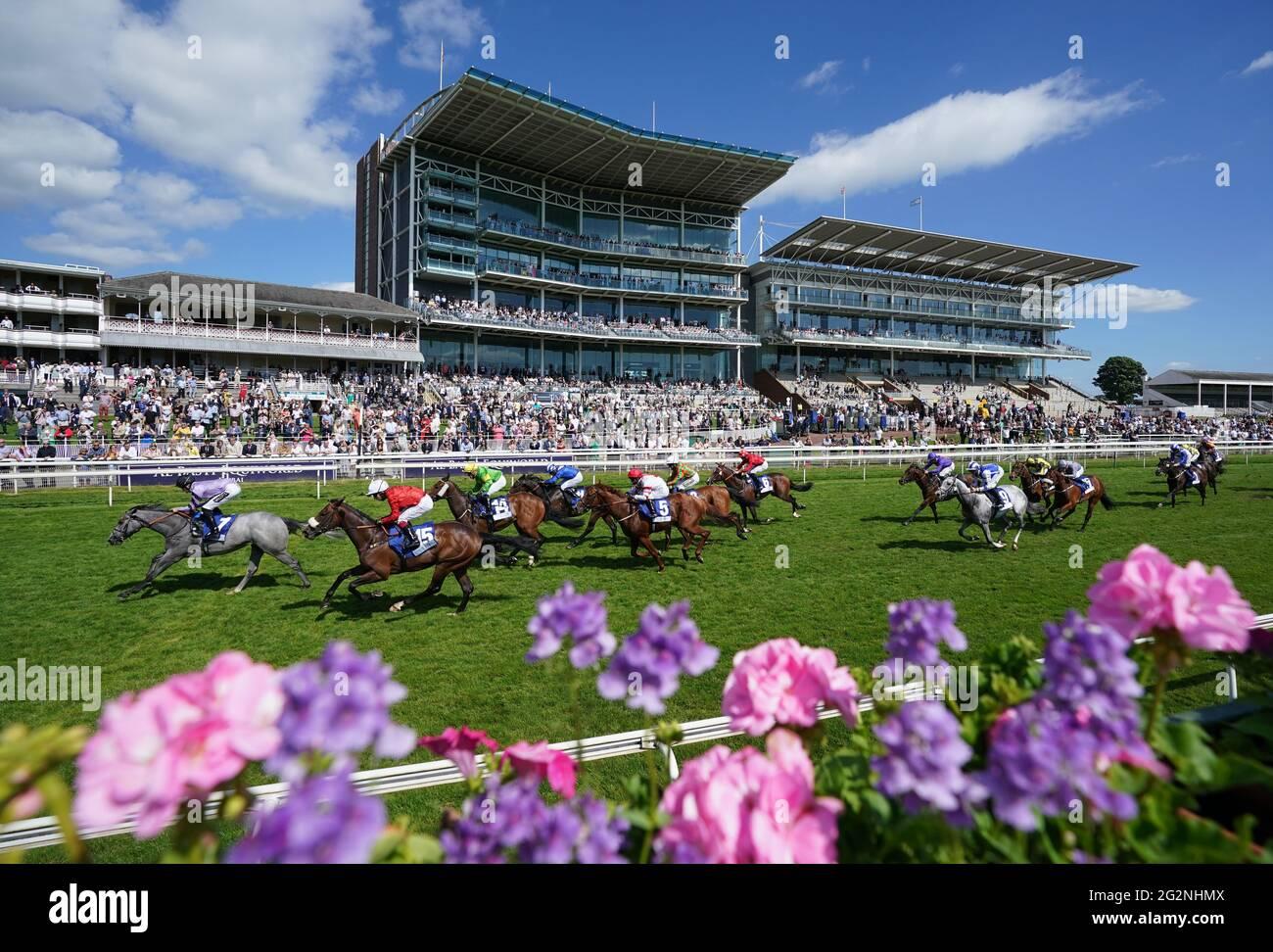Erste Folio und Daniel Muscutt kommen nach Hause, um die Fertiger Foundation Catherine Memorial Sprint Handicap auf der York Racecourse zu gewinnen. Bilddatum: Samstag, 12. Juni 2021. Stockfoto