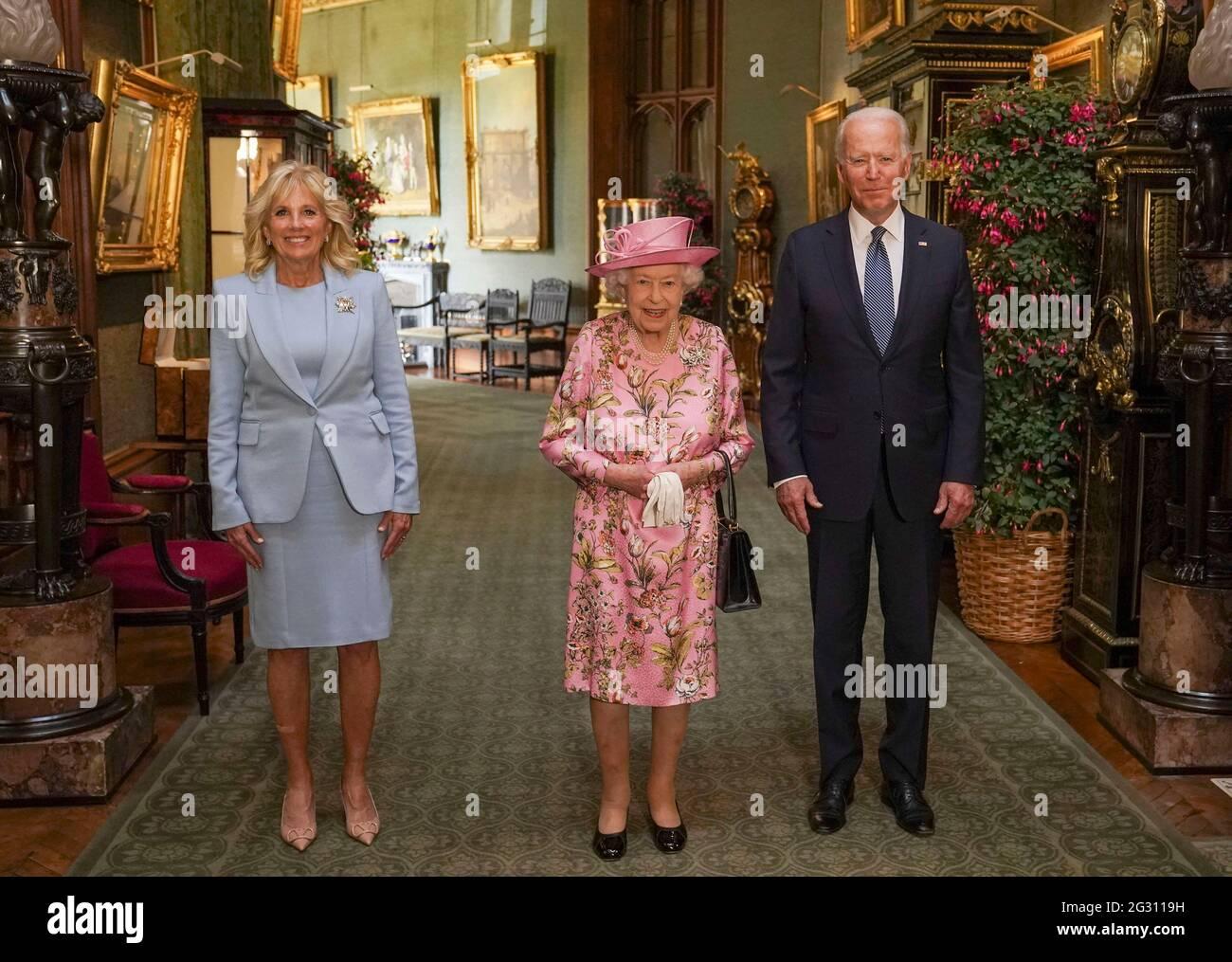 Queen Elizabeth II (Mitte) mit US-Präsident Joe Biden und First Lady Jill Biden im Grand Corridor während ihres Besuchs im Windsor Castle in Berkshire. Bilddatum: Sonntag, 13. Juni 2021. Stockfoto