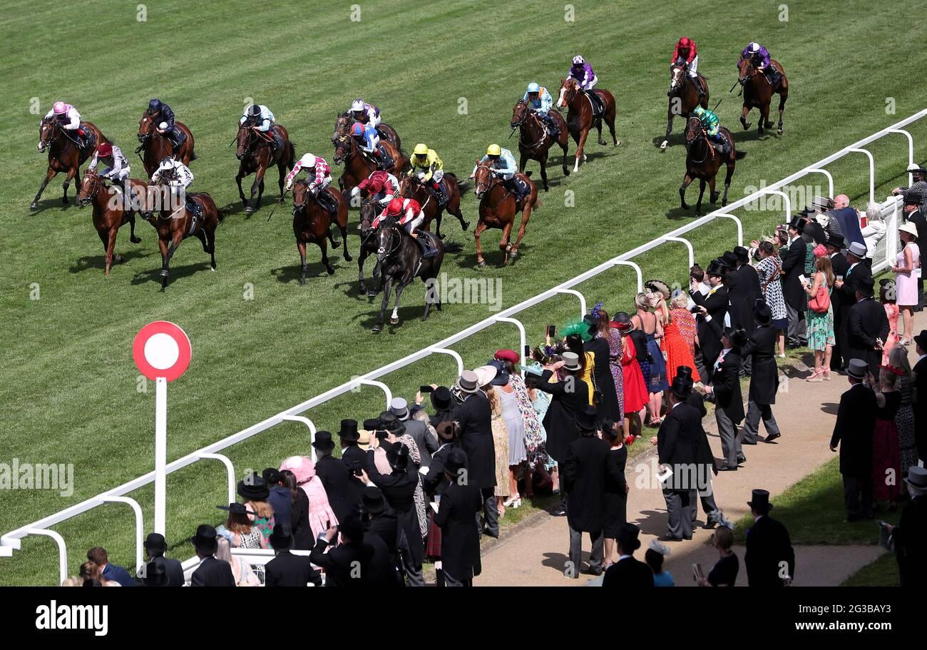 Berkshire Shadow, der von Jockey Oisin Murphy (Nearside rot/weiß) auf dem Weg zum Gewinn der Coventry Stakes am ersten Tag von Royal Ascot auf der Ascot Racecourse gefahren wird. Bilddatum: Dienstag, 15. Juni 2021. Stockfoto