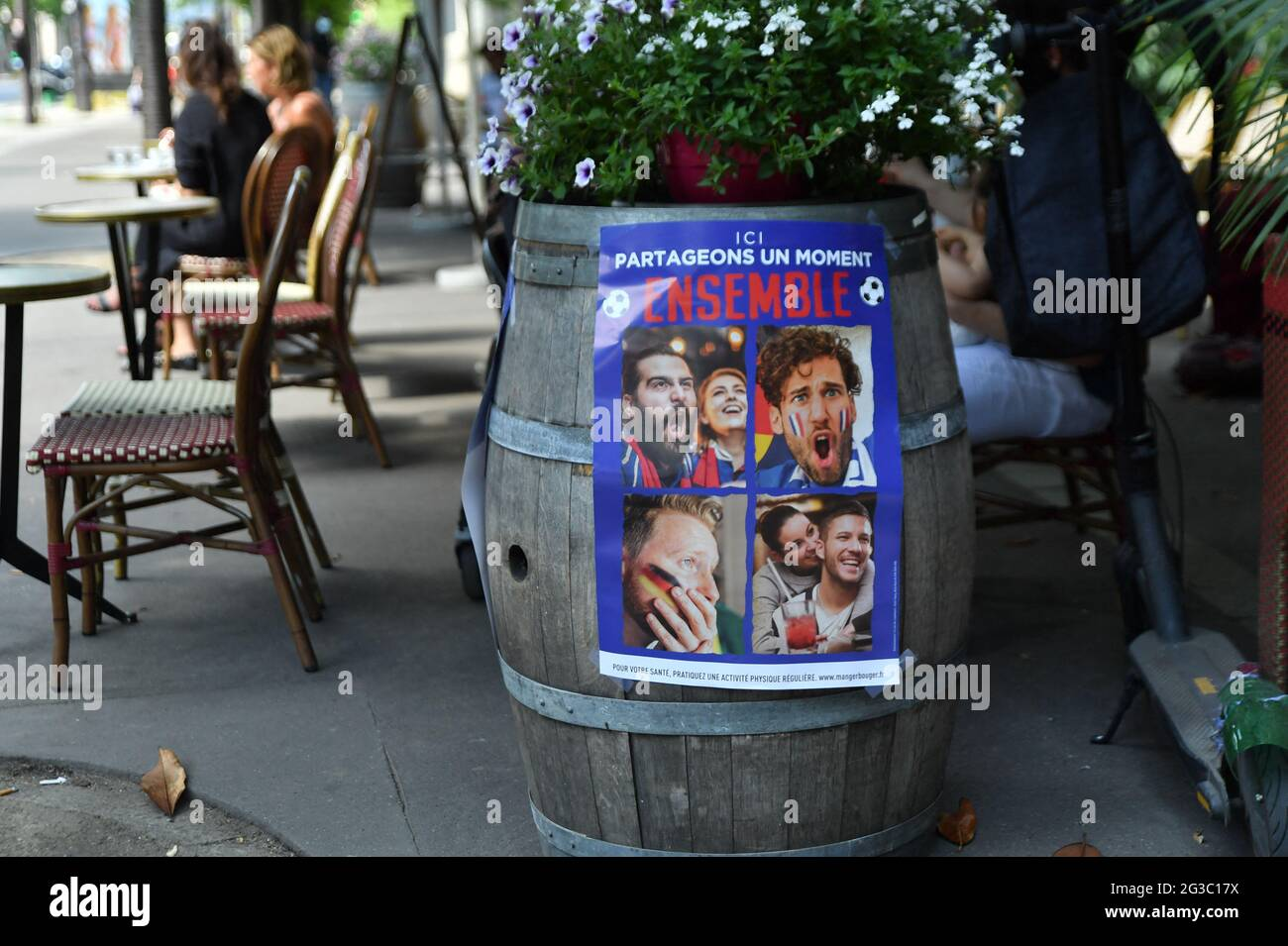 Bars bereiten sich vor dem Spiel zwischen Frankreich und Deutschland während der EURO 2020 in Paris, Frankreich, am 15. Juni 2021 vor. Foto von Karim Ait Adjedjou/Avenir Pictures/ABACAPRESS.COM Stockfoto