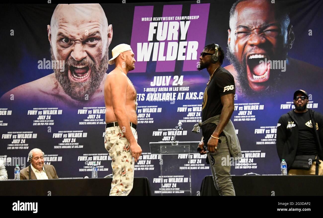 Los Angeles, Kalifornien, USA. Juni 2021. DEONTAY ''DER BRONZEBOMBER'' WILDER (R) stellt sich bei einer Pressekonferenz am Dienstag mit TYSON-WUT. Am Samstag, den 24. Juli, kämpfen die beiden zum dritten Mal um ein Pay-per-View-Event live von der T-Mobile Arena in Las Vegas. Kredit: Gene Blevins/ZUMA Wire/Alamy Live Nachrichten Stockfoto