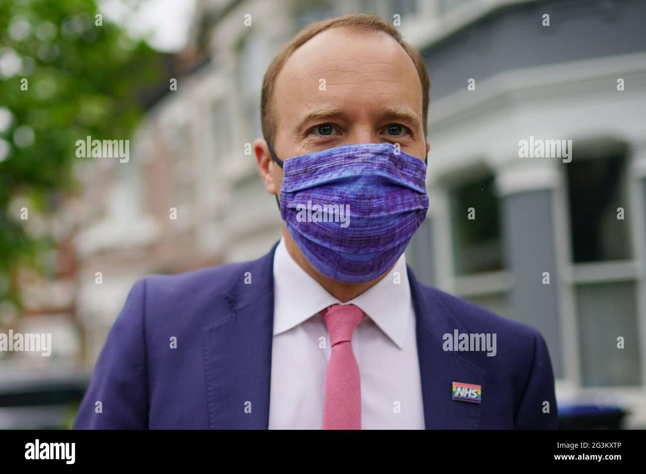 Gesundheitsminister Matt Hancock vor seinem Haus im Nordwesten Londons, einen Tag nach der Veröffentlichung einer Reihe von WhatsApp-Börsen, die ihn wegen Coronavirus-Tests kritisierten. Bilddatum: Donnerstag, 17. Juni 2021. Stockfoto