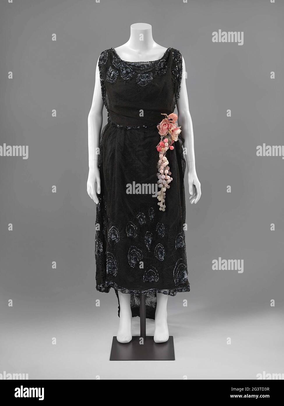 Schwarzes Kleid Mit Pailletten Stockfotos Und Bilder Kaufen Alamy