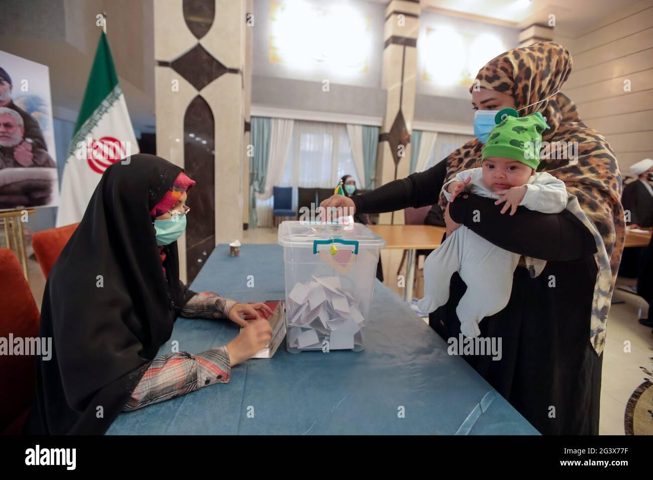 Eine Iranerin stimmt während der iranischen Präsidentschaftswahlen in einem Wahllokal des iranischen Konsulats in Najaf, Irak, am 18. Juni 2021 ab. REUTERS/Alaa Al-Marjani Stockfoto