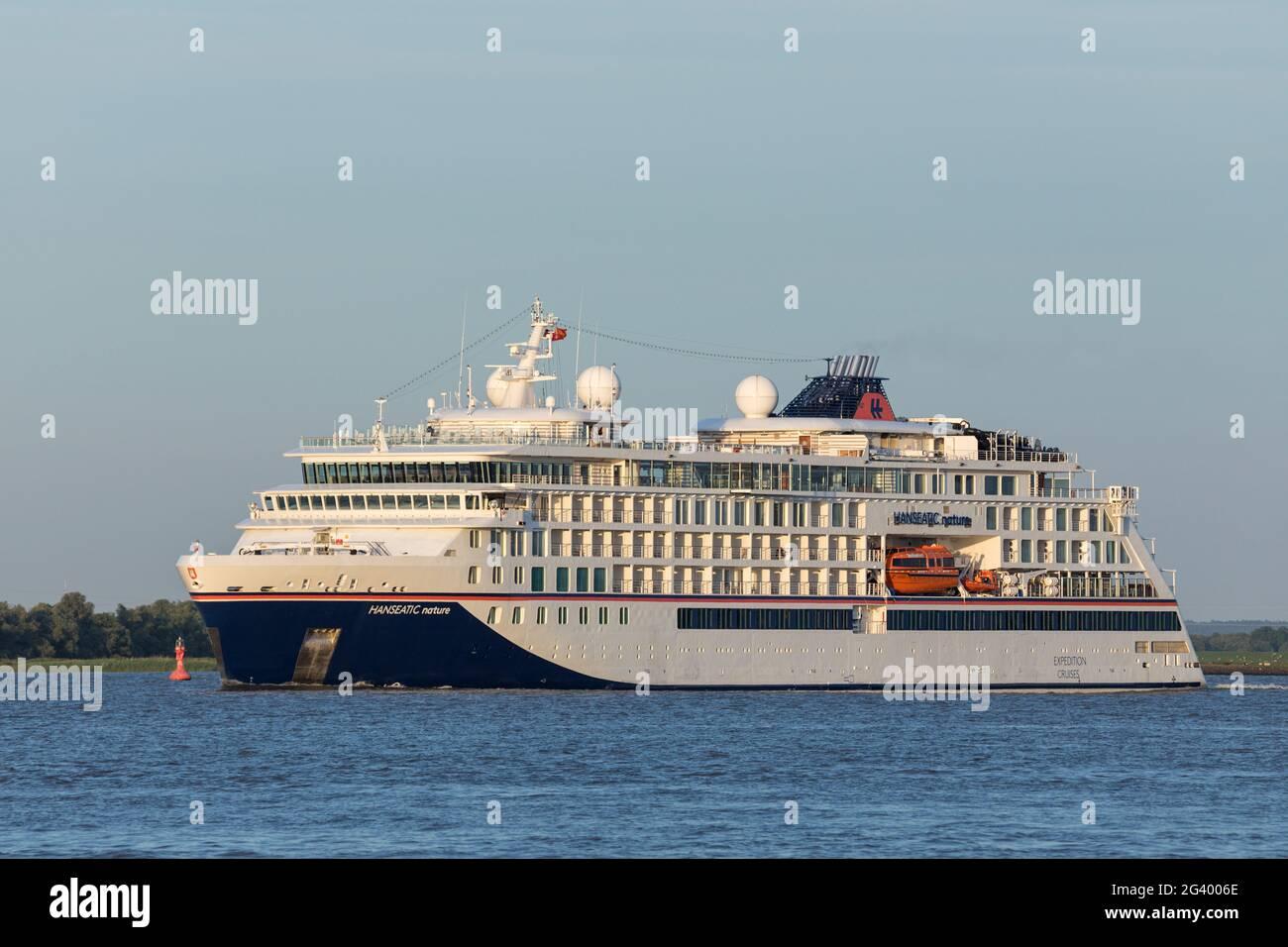 Stade, Deutschland - 15. Juni 2021: Expeditionsschiff HANSEATIC NATURE auf der Elbe auf einer Reise nach Norwegen Stockfoto
