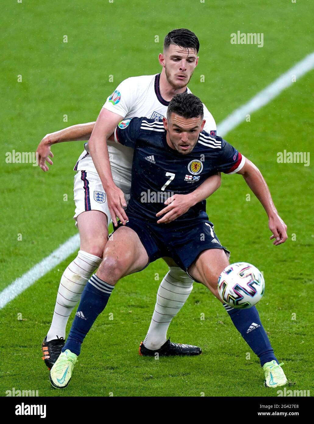 Während des UEFA Euro 2020 Gruppe D-Spiels im Wembley Stadium, London, kämpfen die Engländer Declan Rcy (links) und der schottische John McGinn um den Ball. Bilddatum: Freitag, 18. Juni 2021. Stockfoto