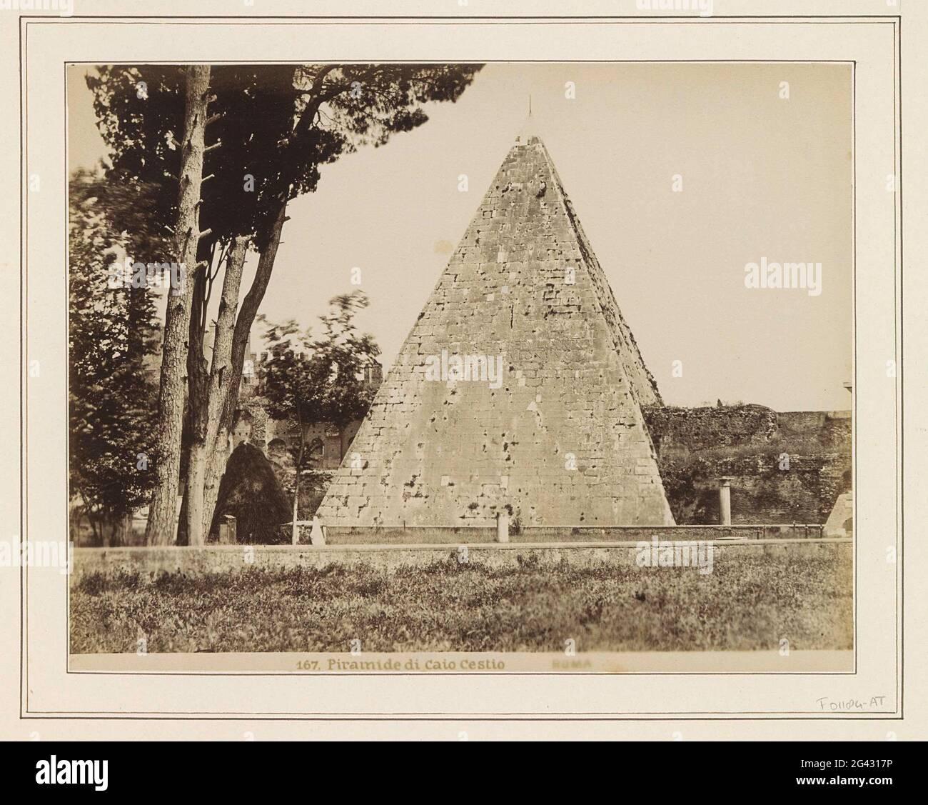 Außenansicht der Pyramide von Cestius in Rom; Pyramid di Caio Cestio Roma. Teil des Reisealbums mit Bildern von Sehenswürdigkeiten in Italien (Teil I). Stockfoto