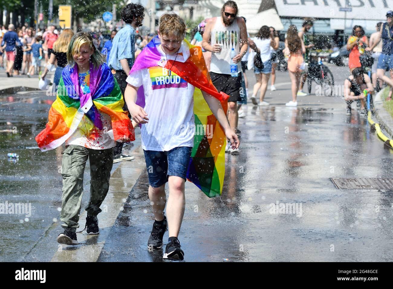 Wien, Österreich. Juni 2021. Zum 25. Mal findet auf der Wiener Ringstraße die Regenbogenparade (Vienna Pride) statt. In diesem Jahr findet die Parade ohne Fahrzeuge statt, also zu Fuß, mit Rollstuhl oder Fahrrad, und kehrt damit zu ihren Wurzeln zurück. Stockfoto