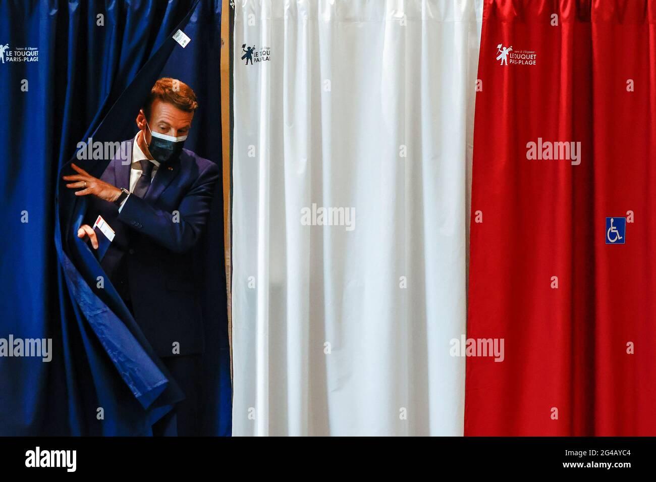 Der französische Präsident Emmanuel Macron wird während der ersten Runde der französischen Regional- und Abteilungswahlen in Le Touquet-Paris-Plage, Frankreich, am 20. Juni 2021, in einem Wahllokal gesehen. REUTERS/Christian Hartmann/Pool Stockfoto