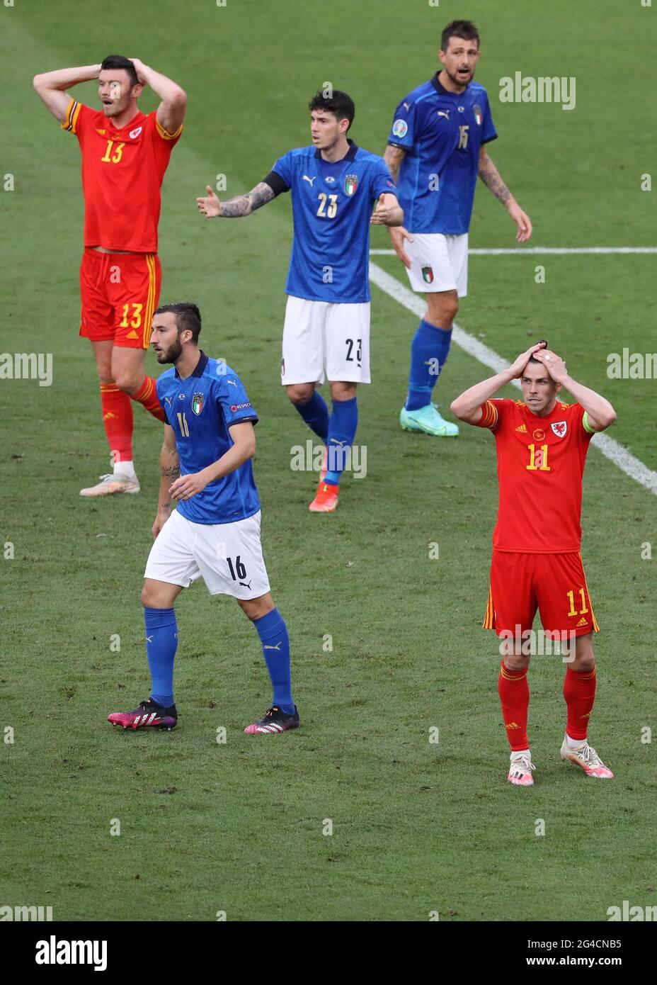 Rom, Italien, 20. Juni 2021. Gareth Bale und Teamkollege Kieffer Moore aus Wales reagieren darauf, nachdem die Nummer elf aus Wales beim UEFA-EM-2020-Spiel im Stadio Olimpico in Rom eine gute Chance verschwendet hatte. Bildnachweis sollte lauten: Jonathan Moscrop / Sportimage Stockfoto