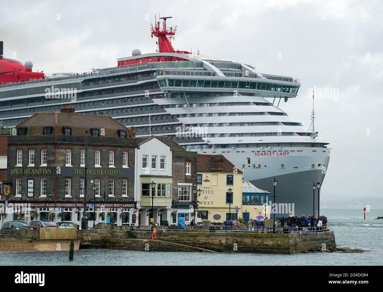 Das luxuriöse Kreuzfahrtschiff Scarlet Lady von Virgin Voyage kommt zum ersten Mal in Portsmouth an. Der 110,000-Tonnen-Liner ist das größte Schiff, das jemals in der Stadt angedockt hat, größer als die beiden Flugzeugträger der Royal Navy. Bilddatum: Montag, 21. Juni 2021. Stockfoto
