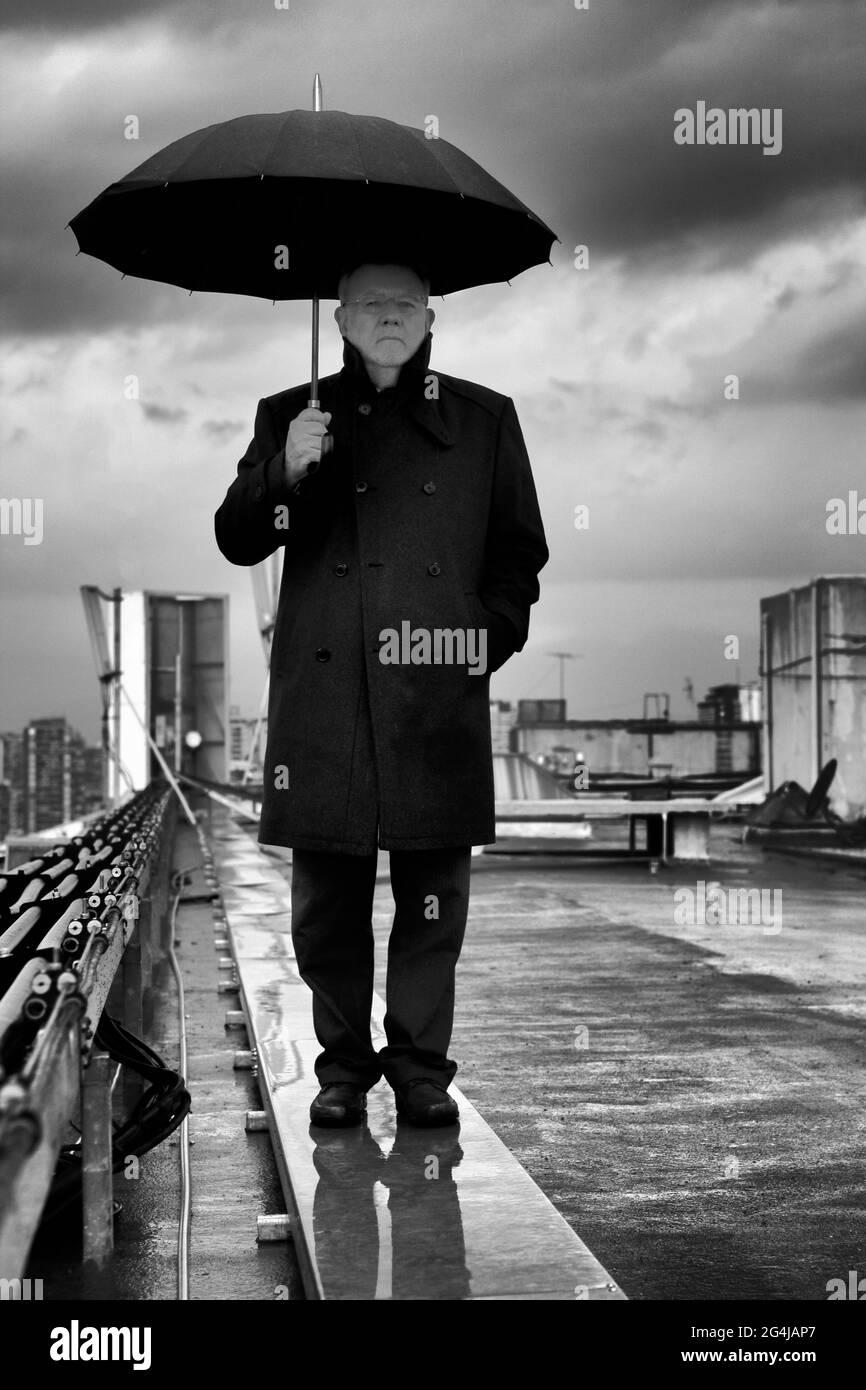 Porträt von Oscar Hahn, chilenischer Dichter mit Regenschirm. Stockfoto