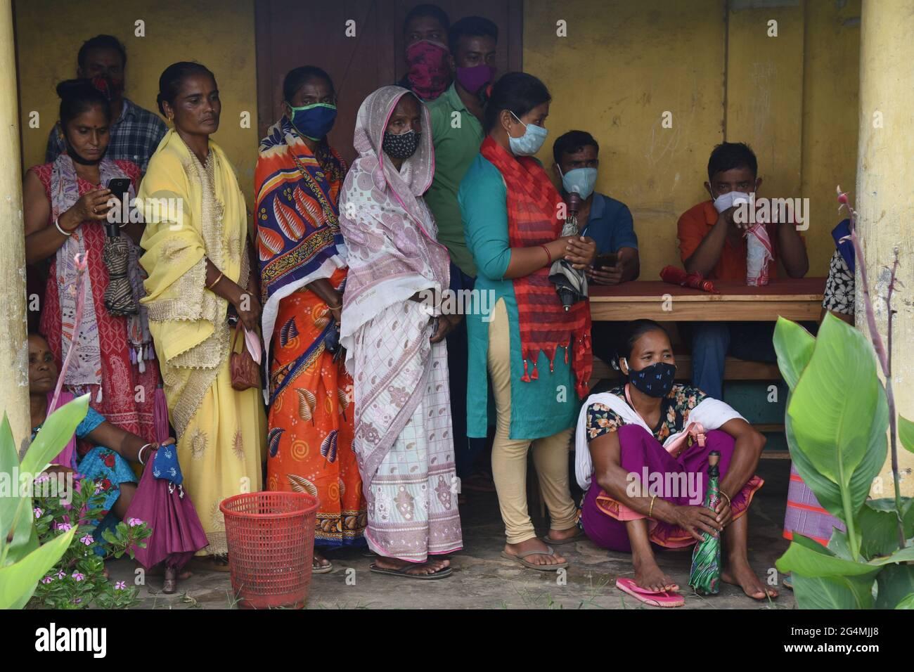 Guwahati, Indien. Juni 2021. Indische Menschen, die keine soziale Distanz aufrechterhalten, stehen in der Schlange, um die erste Dosis der COVID-19-Injektion in einem Impfzentrum in Guwahati Assam Indien einzunehmen. Quelle: Dasarath Deka/ZUMA Wire/Alamy Live News Stockfoto