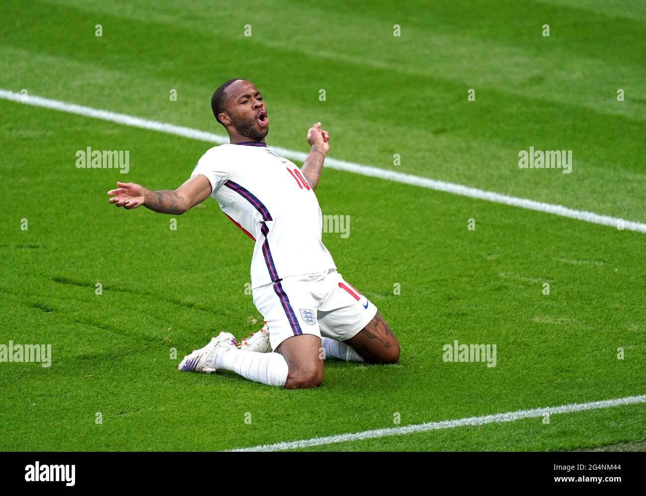 Der englische Raheem Sterling feiert das erste Tor seiner Mannschaft während des UEFA Euro 2020 Gruppe D-Spiels im Wembley Stadium, London. Bilddatum: Dienstag, 22. Juni 2021. Stockfoto