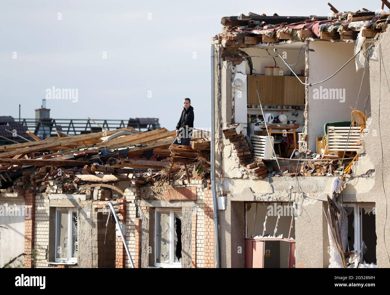 Ein Mann steht in einem beschädigten Haus nach einem seltenen Tornado, der Teile einiger Städte im Dorf Mikulcice, Tschechische Republik, am 25. Juni 2021 getroffen und zerstört hat. REUTERS/David W. Cerny Stockfoto