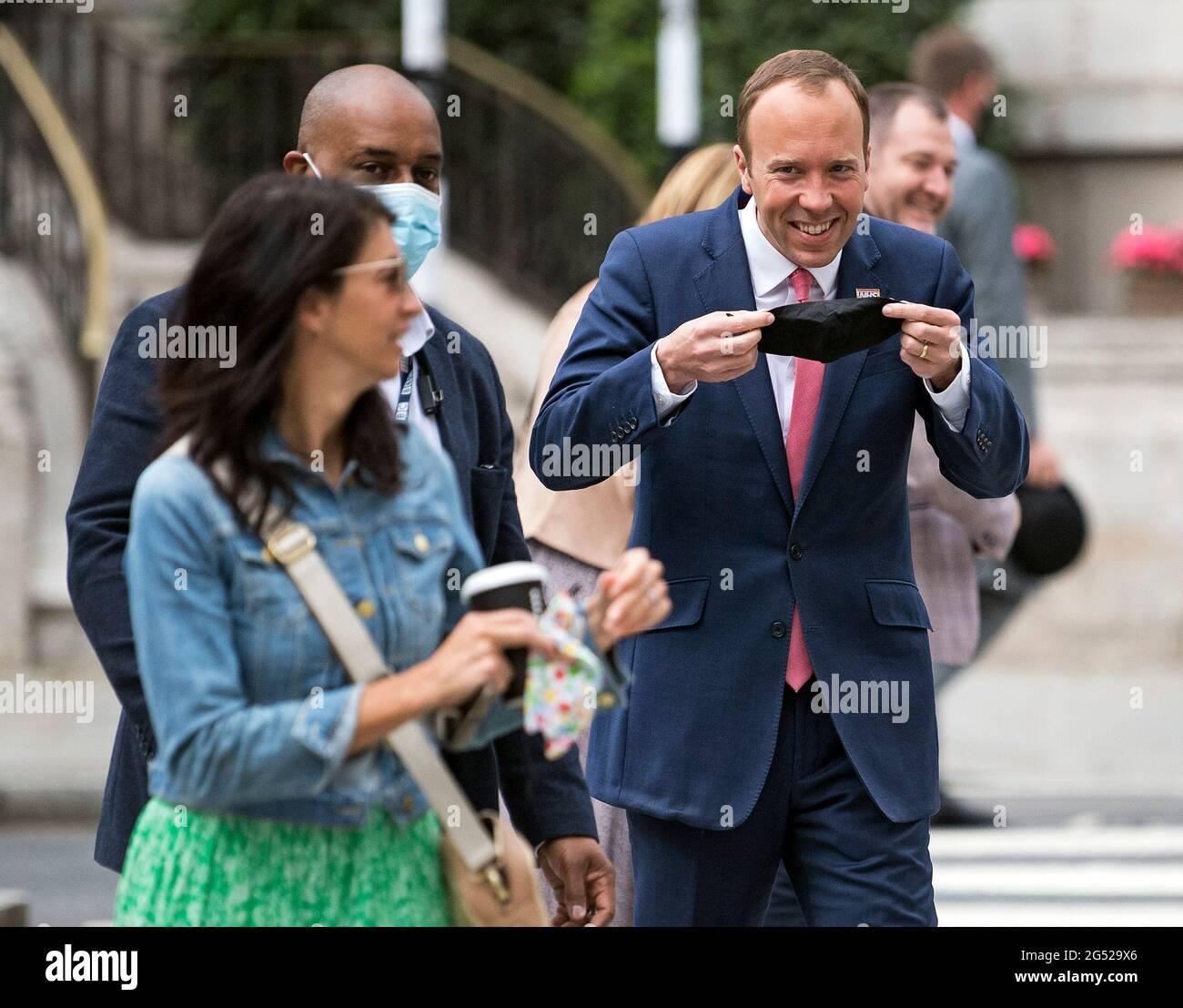 London, Großbritannien. Juni 2021. Gina Coladangelo (links) mit dem  Gesundheitsminister Matt Hancock im BBC Broadcasting House im Zentrum von  London, wo der Gesundheitsminister auf der Andrew Marr Show auftrat.  Heiath-Sekretär Matt Hancock
