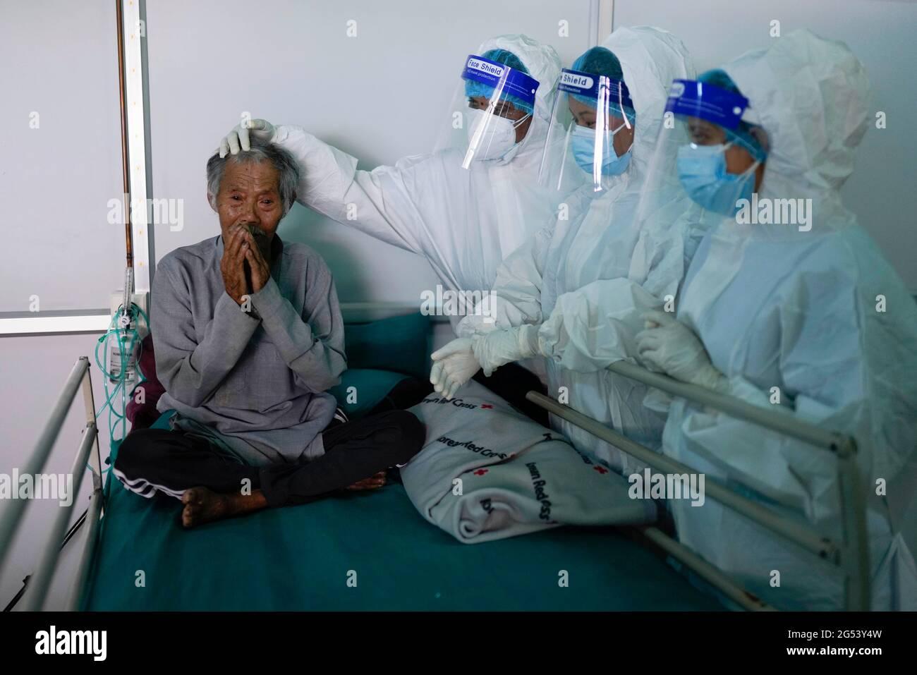 Kathmandu, Nepal. Juni 2021. Gesundheitshelfer vor Ort verabschiedeten sich von der sehbehinderten 74-jährigen Kaile Tamang, nachdem sie sich von COVID-19 im Radiha Soami COVID Isolation & Oxygen Therapy Center in Kathmandu, Nepal, erholt hatte. Kredit: Skanda Gautam/ZUMA Wire/Alamy Live Nachrichten Stockfoto