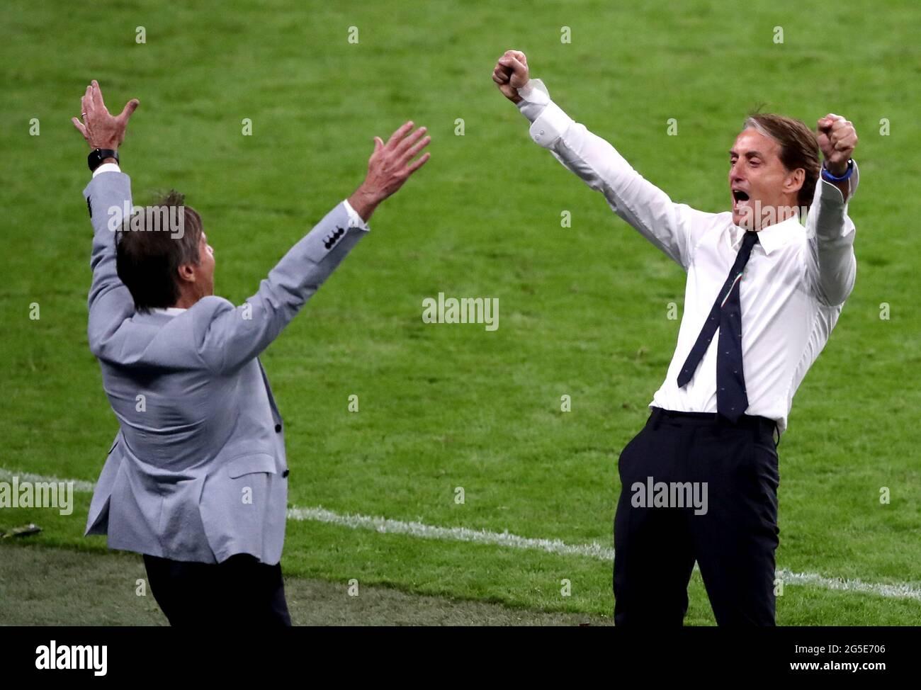 Italien-Manager Roberto Mancini (rechts) feiert am Ende der UEFA Euro 2020 Runde von 16 Spiel im Wembley Stadium, London. Bilddatum: Samstag, 26. Juni 2021. Stockfoto