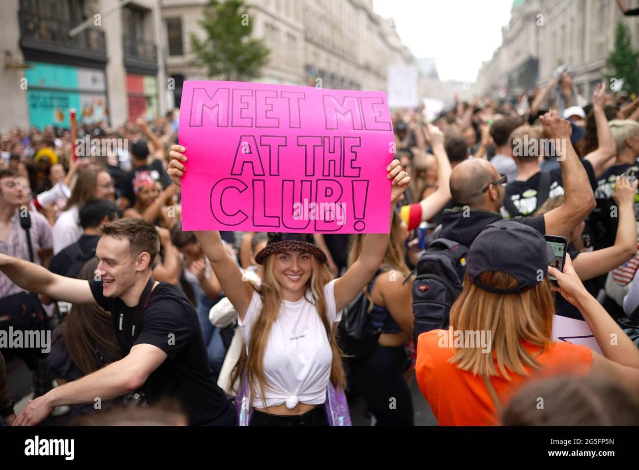 Während eines von Save Our Scene organisierten #FreedomToDance marsches laufen die Menschen entlang der Regent Street im Zentrum Londons, um gegen die vermeintliche Missachtung der Live-Musik-Industrie durch die Coronavirus-Pandemie durch die Regierung zu protestieren. Bilddatum: Sonntag, 27. Juni 2021. Stockfoto