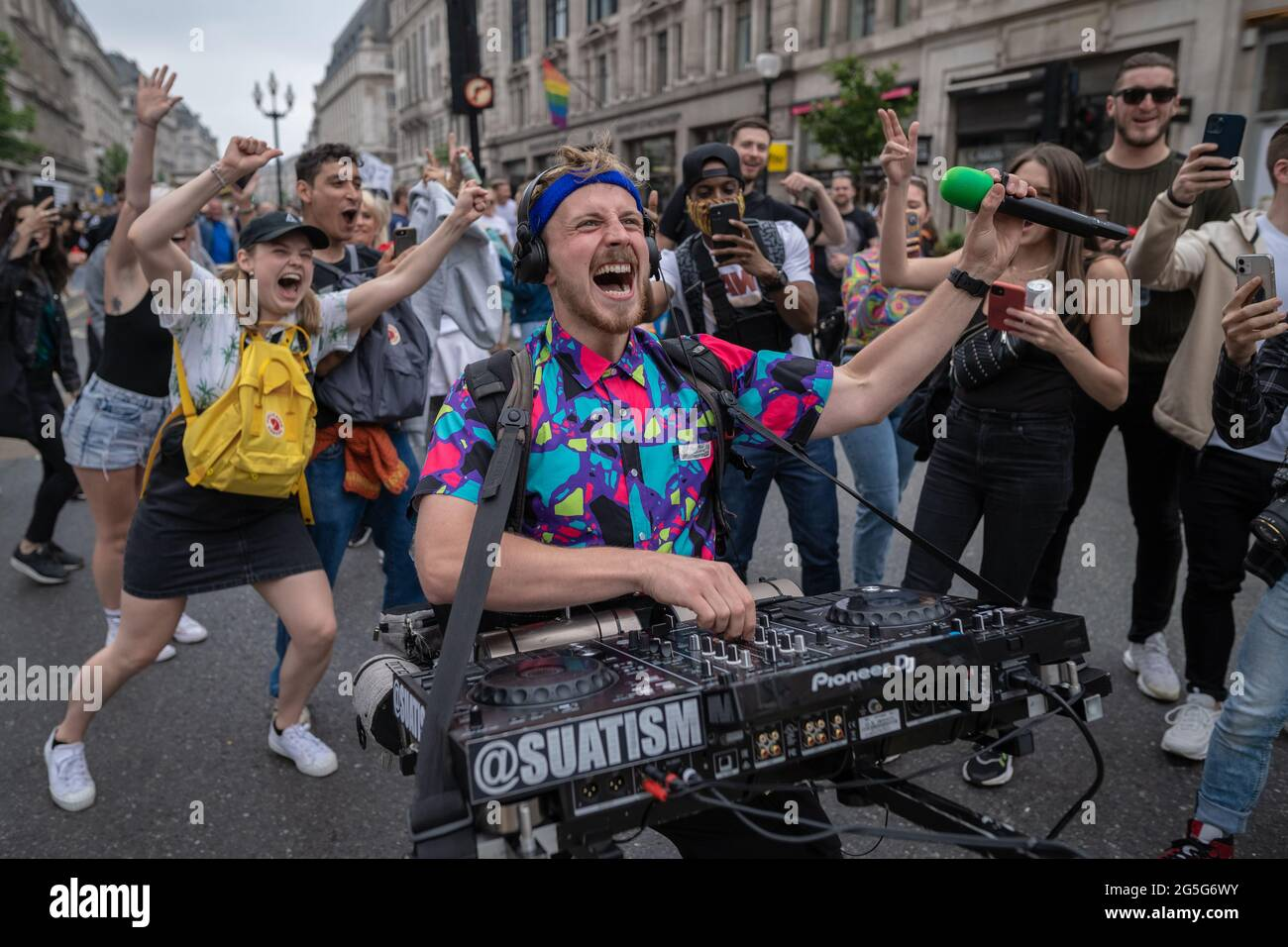 London, Großbritannien. Juni 2021. Freedom To Dance Marsch. Hunderte von Musik- und Tanzliebhabern versammeln sich in der Nähe des BBC-Hauptquartiers, um zu protestieren und Unterstützung für das britische Nachtleben und die Live-Event-Branche zu zeigen, während der Sektor angesichts der anhaltenden Beschränkungen ums Überleben kämpft. #FREEDOMTODANCE protestmarsch wurde von Save our Scene UK und #LetUsDance organisiert. Kredit: Guy Corbishley/Alamy Live Nachrichten Stockfoto