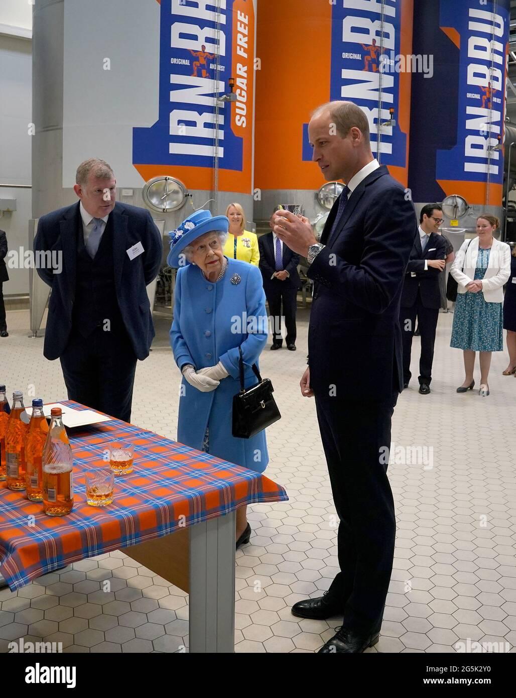 Königin Elizabeth II. Und der Herzog von Cambridge, bekannt als Earl of Strathearn in Schottland, als er Irn Bru während eines Besuchs in AG Barrs Fabrik in Cumbernauld, wo der Irn-Brugetränk hergestellt wird, im Rahmen ihrer traditionellen Reise nach Schottland für die Holyrood Week probeweise. Bilddatum: Montag, 28. Juni 2021. Stockfoto
