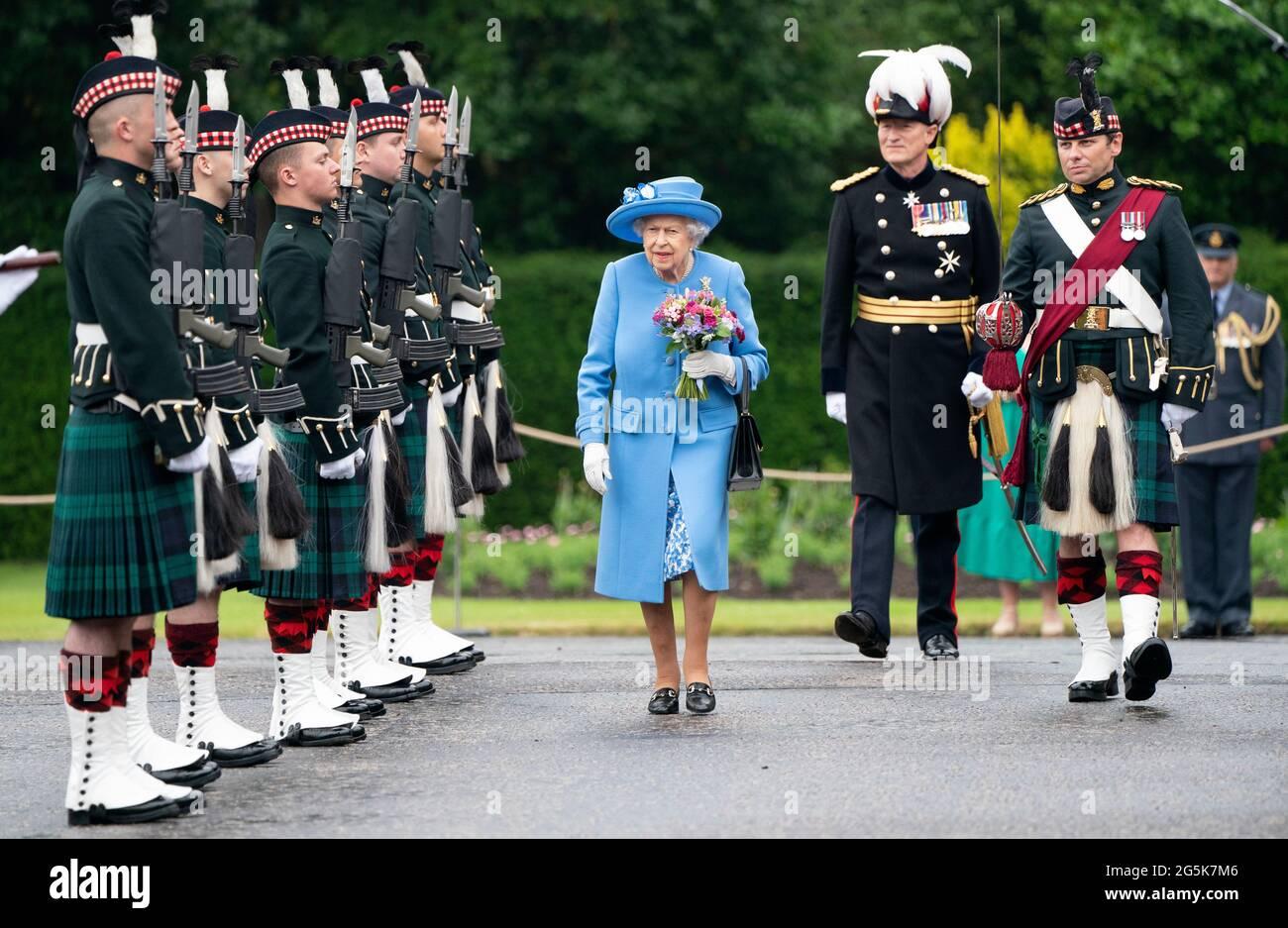 Königin Elizabeth II., die vom Herzog von Cambridge, bekannt als Earl of Strathearn in Schottland, begleitet wurde, nimmt an der Zeremonie der Schlüssel auf dem Vorplatz des Palace of Holyroodhouse in Edinburgh Teil, als Teil ihrer traditionellen Reise nach Schottland für die Holyrood Week. Bilddatum: Montag, 28. Juni 2021. Stockfoto