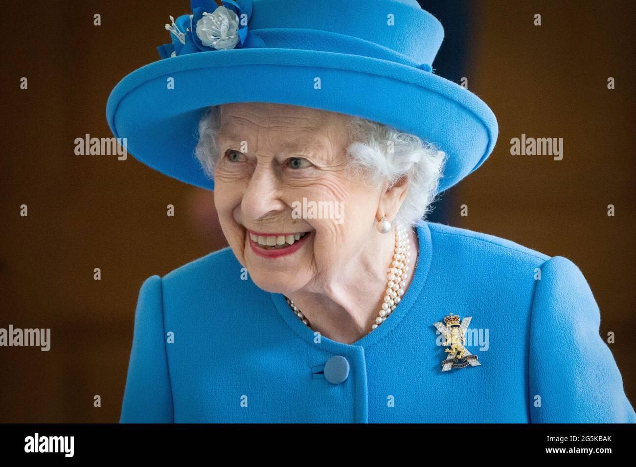 Königin Elizabeth II. Trifft sich mit lokalen Freiwilligen und Schlüsselarbeitern, um ihnen für ihre Bemühungen während der Pandemie im Innenhof des Palace of Holyroodhouse in Edinburgh zu danken, als Teil ihrer traditionellen Reise nach Schottland für die Holyrood Week. Bilddatum: Montag, 28. Juni 2021. Stockfoto