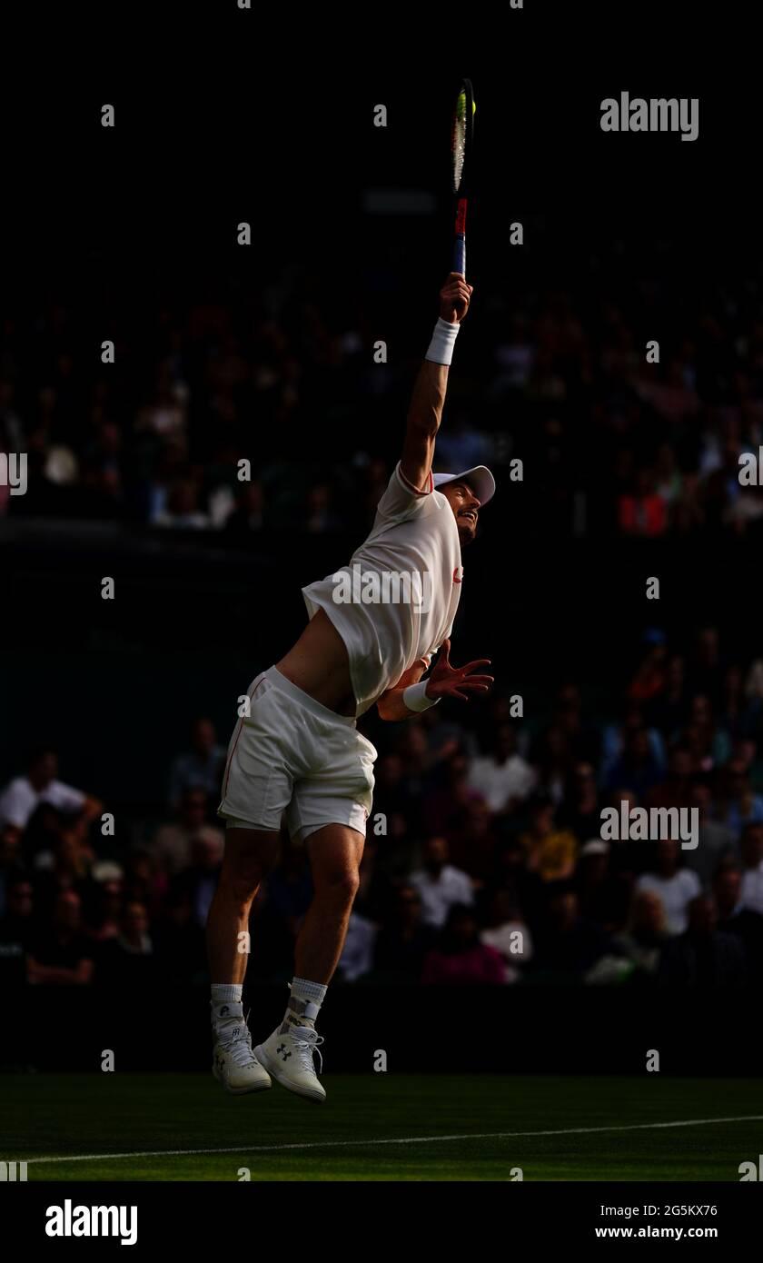 Andy Murray im Kampf gegen Nikoloz Basilashvili auf dem Center Court am ersten Tag von Wimbledon im All England Lawn Tennis and Croquet Club, Wimbledon. Bilddatum: Montag, 28. Juni 2021. Stockfoto