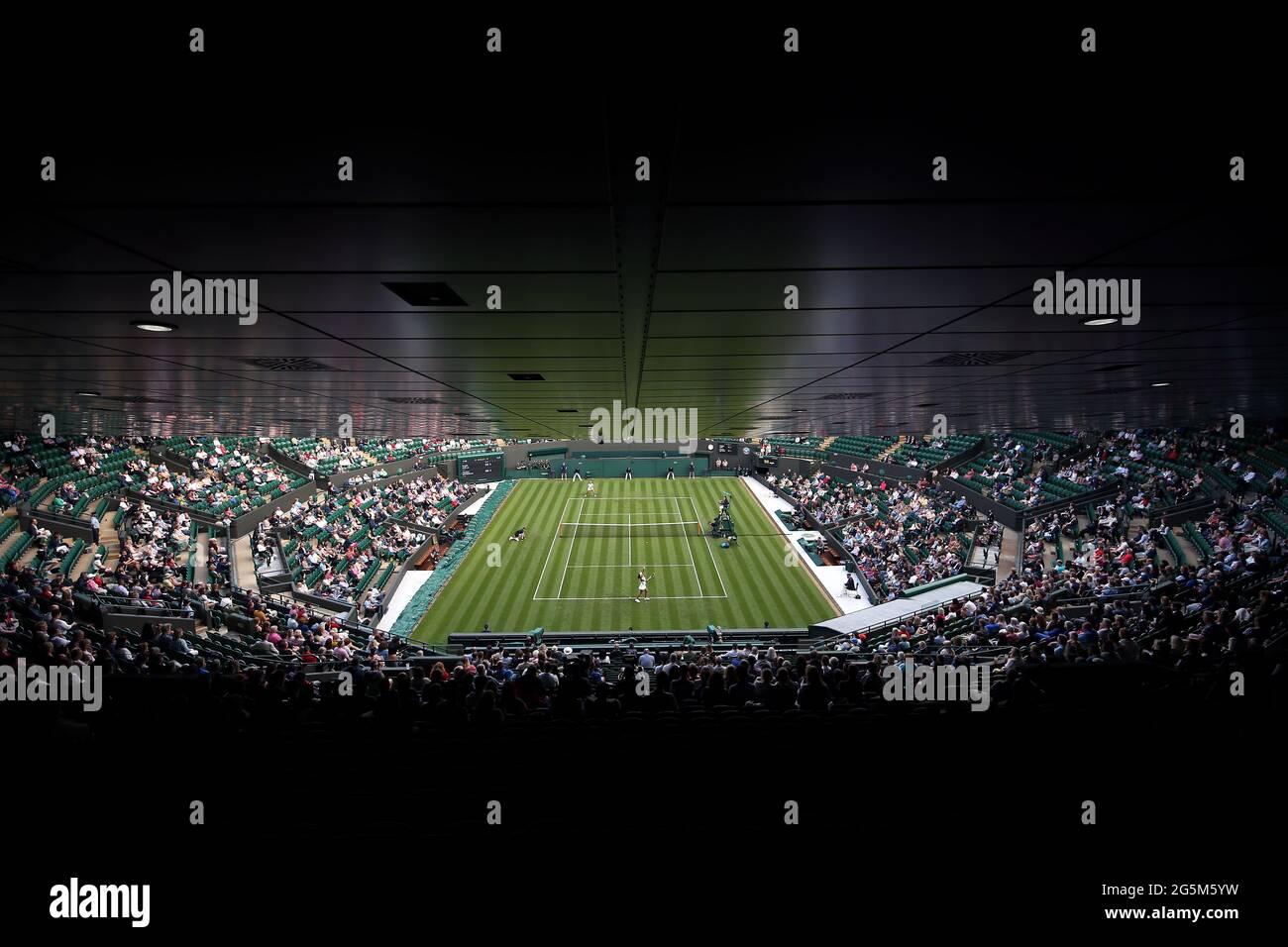 Heather Watson (unterer Platz) hat am ersten Tag von Wimbledon im All England Lawn Tennis and Croquet Club in Wimbledon gegen Kristie Ahn während des ersten Spiels der Damen im Einzel gehandelt. Bilddatum: Montag, 28. Juni 2021. Stockfoto