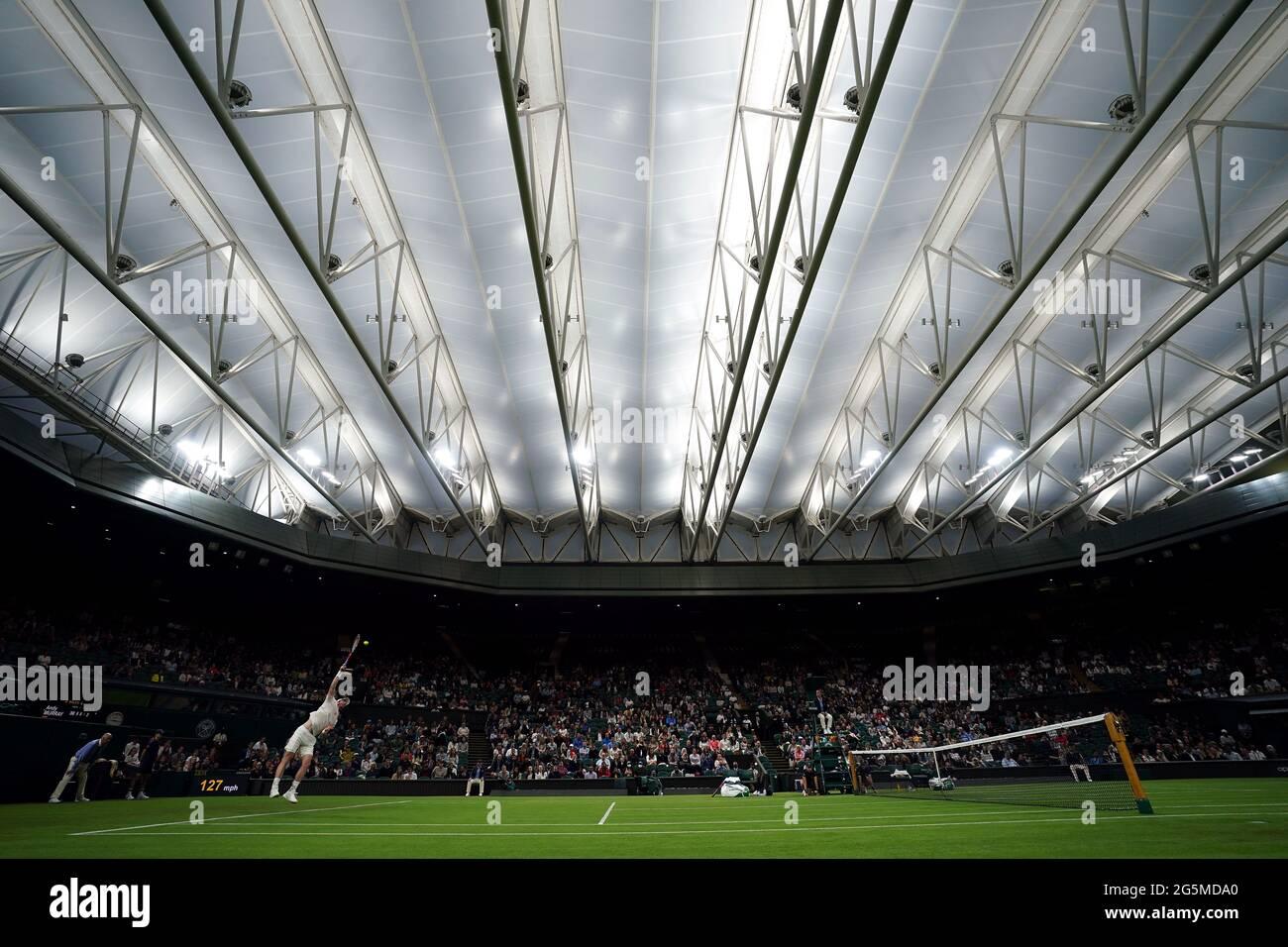 Andy Murray im Einsatz unter dem Dach des Center Court gegen Nikoloz Basilashvili am ersten Tag von Wimbledon im All England Lawn Tennis and Croquet Club, Wimbledon. Bilddatum: Montag, 28. Juni 2021. Stockfoto