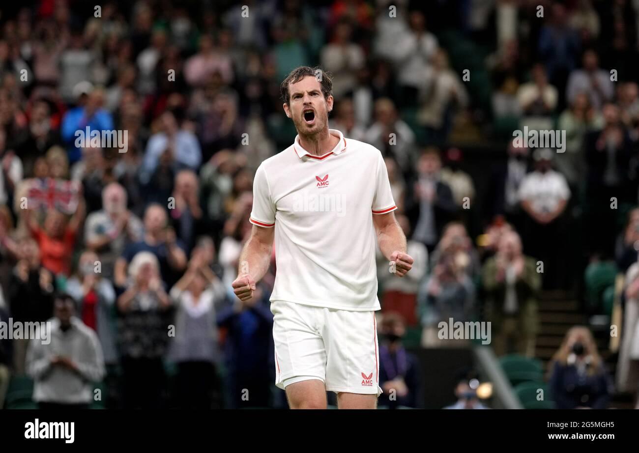 Andy Murray feiert den Sieg über Nikoloz Basilashvili auf dem Center Court am ersten Tag von Wimbledon im All England Lawn Tennis and Croquet Club, Wimbledon. Bilddatum: Montag, 28. Juni 2021. Stockfoto