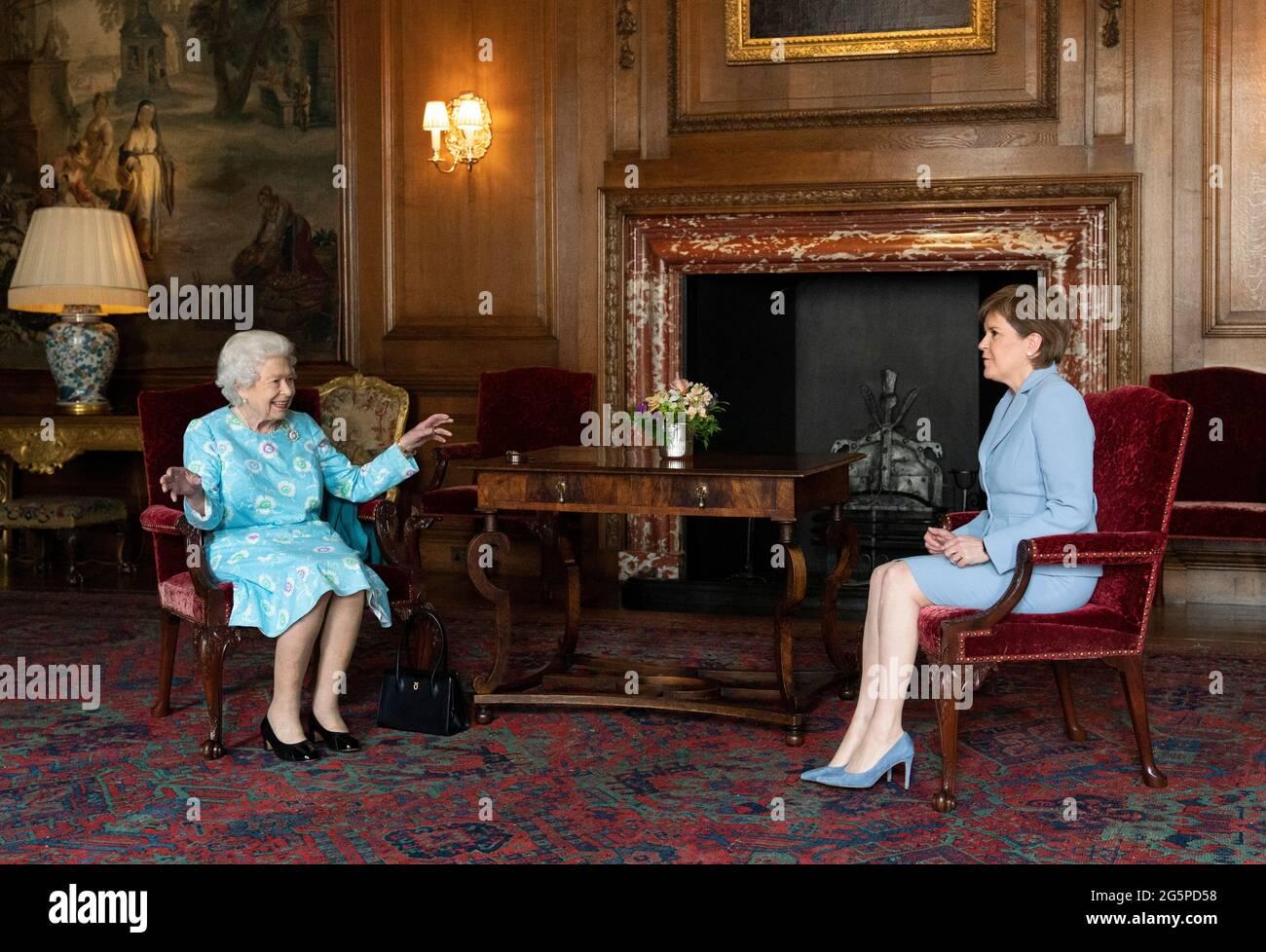 Königin Elizabeth II. Empfängt Nicola Sturgeon, die erste Ministerin von Schottland, während einer Audienz im Palace of Holyroodhouse in Edinburgh, im Rahmen ihrer traditionellen Reise nach Schottland für die Holyrood Week. Bilddatum: Dienstag, 29. Juni 2021. Stockfoto