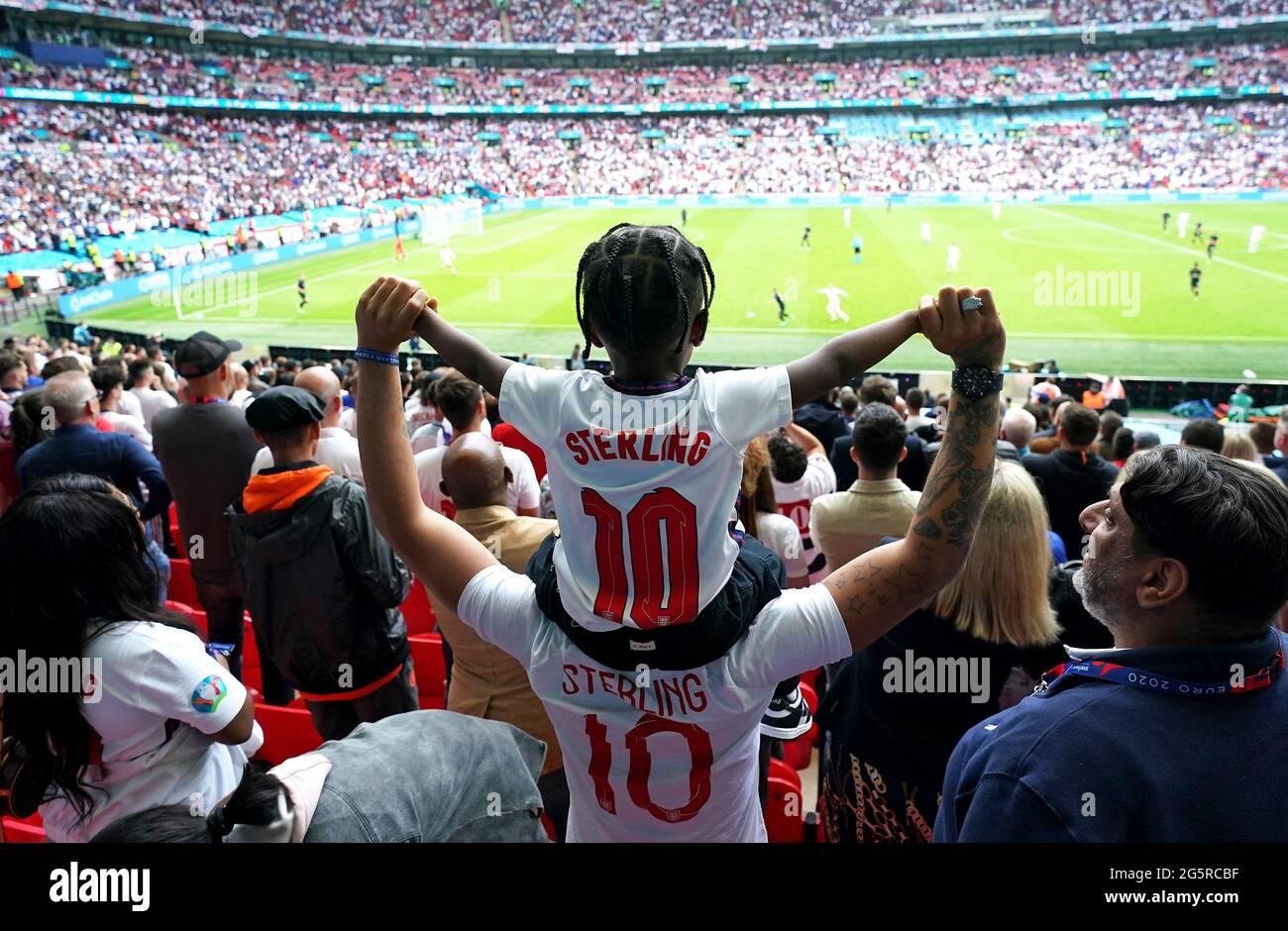 England-Fans feiern das erste Tor ihrer Mannschaft, das der englische Raheem Sterling während der UEFA Euro 2020-Runde des Spiels von 16 im Wembley Stadium, London, erzielte. Bilddatum: Dienstag, 29. Juni 2021. Stockfoto