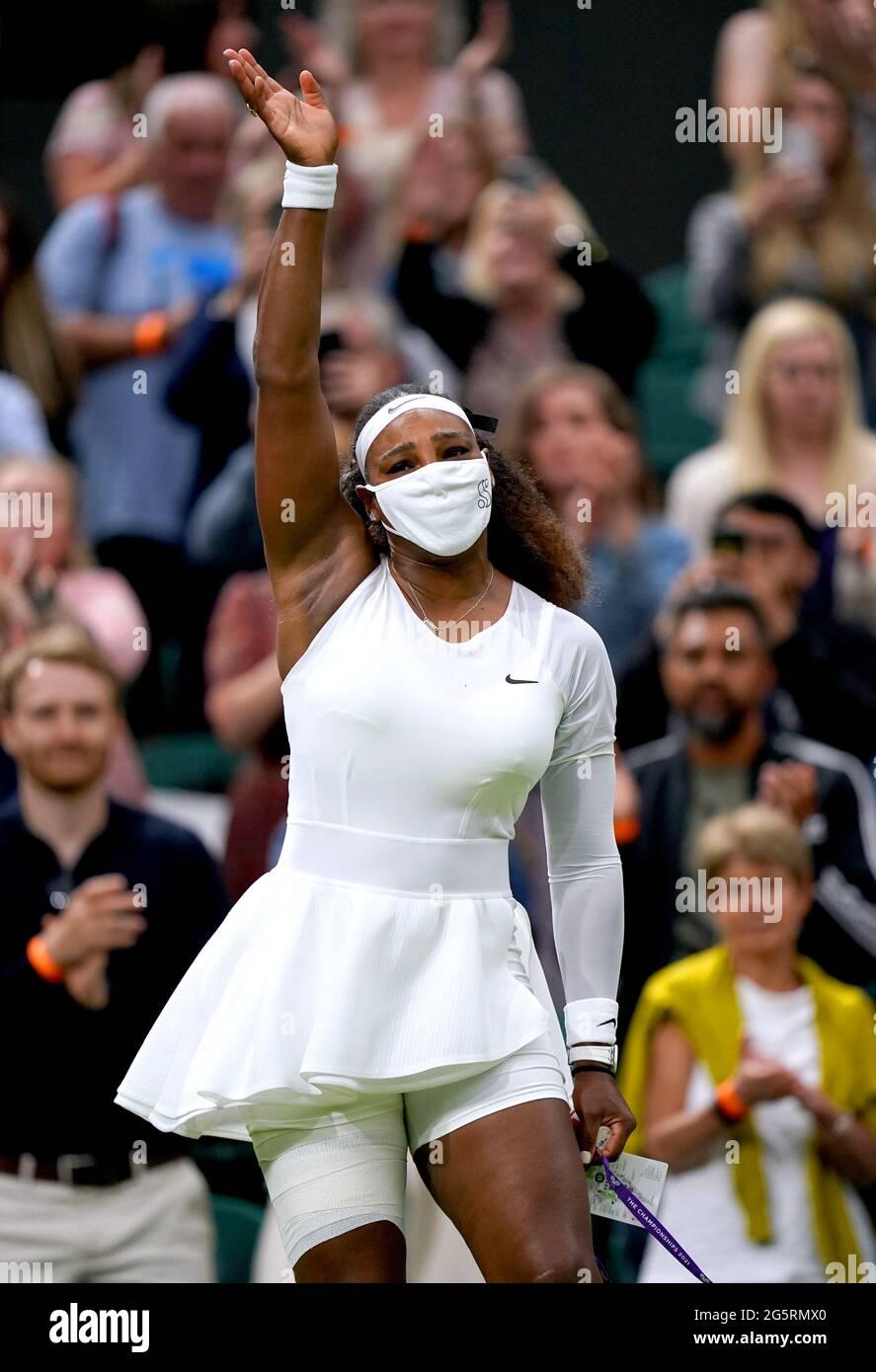 Serena Williams winkt den Fans zu, nachdem sie sich aus ihrem ersten Damen-Einzelspiel gegen Aliaksandra Sasnovich auf dem Mittelfeld aufgrund einer Verletzung am zweiten Tag von Wimbledon beim All England Lawn Tennis und Croquet Club in Wimbledon zurückzieht. Bilddatum: Dienstag, 29. Juni 2021. Stockfoto