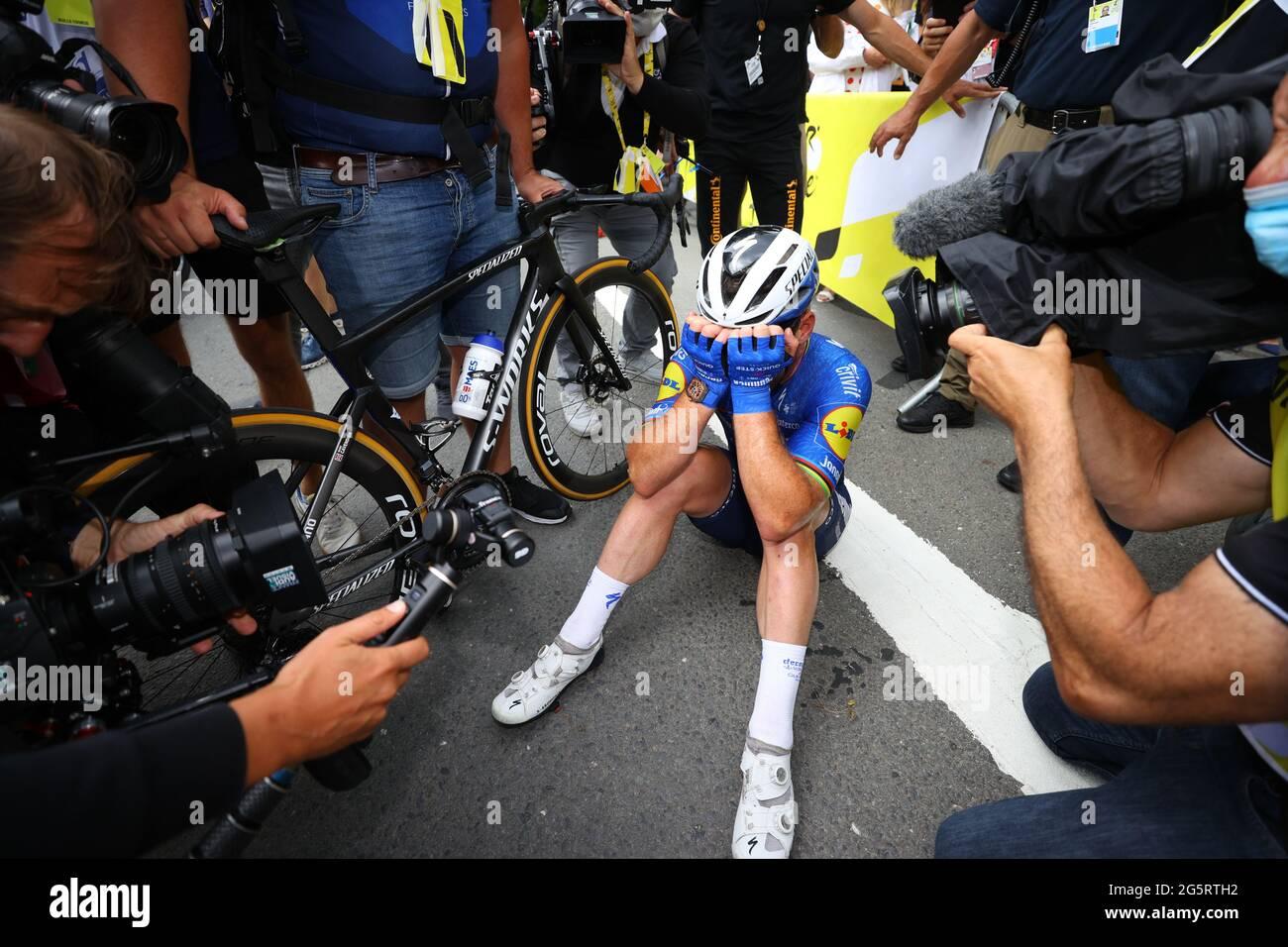 Frankreich, Fougeres, Redon, 29/06/2021, Tour de France 2021, Etappe 4, Redon nach Fougeres. Mark Cavendish feiert auf der Ziellinie und sitzt dann mit dem Kopf in den Händen, nachdem er die Etappe im Sprint gewonnen hat. Stockfoto
