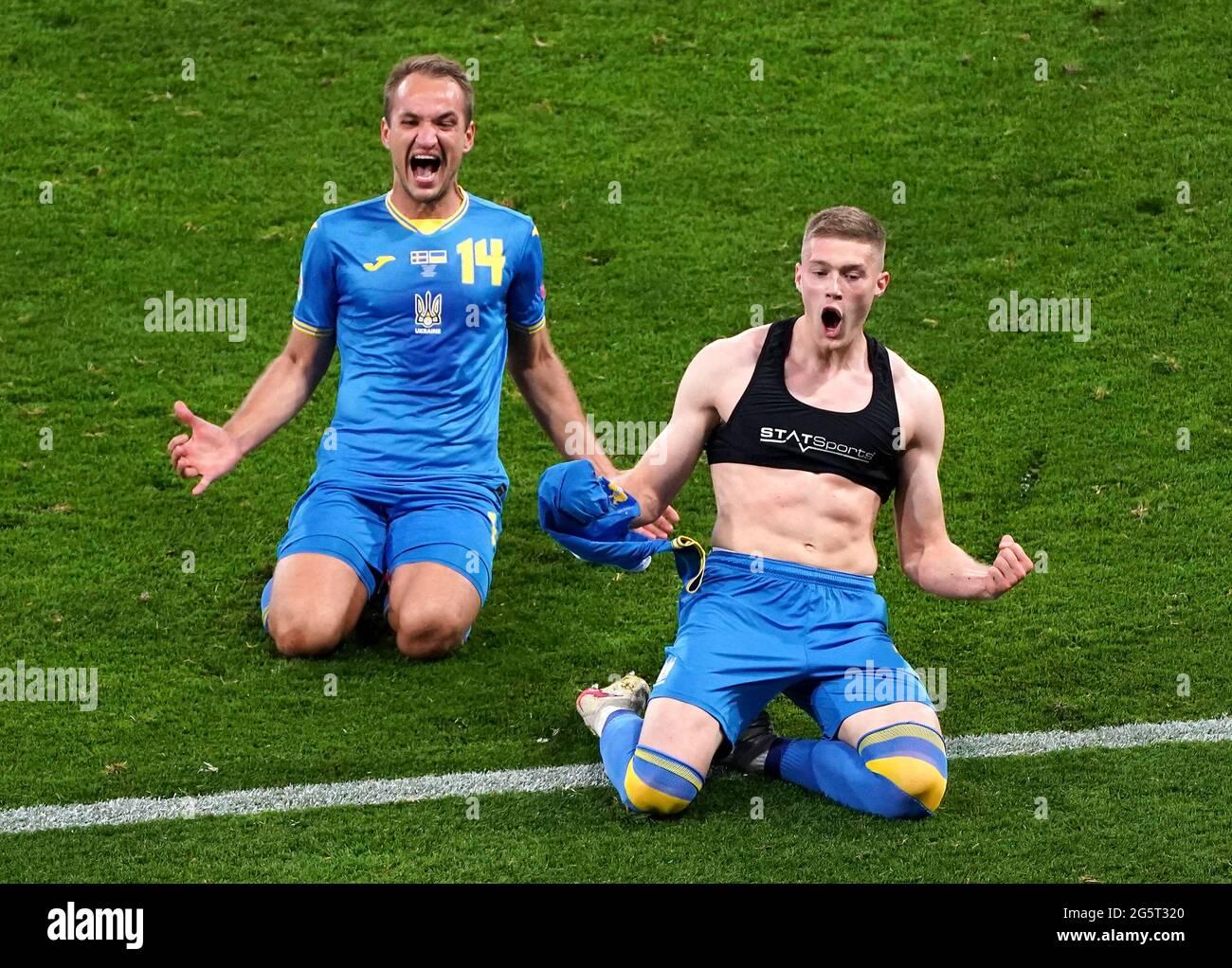 Der ukrainische Artem Dovbyk feiert das zweite Tor seiner Mannschaft im Spiel mit Teamkollegen während der UEFA Euro 2020-Runde von 16 im Hampden Park, Glasgow. Bilddatum: Dienstag, 29. Juni 2021. Stockfoto
