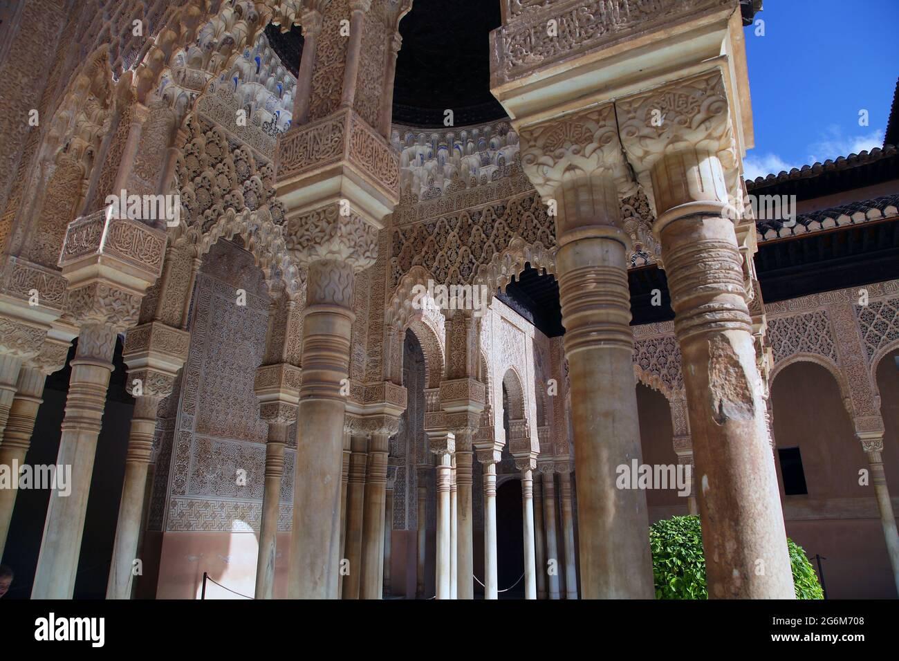 Der Patio der Löwen (Patio de los Leones) der berühmteste Ort der Alhambra in Granada.auf dem Hügel al-Sabika gelegen, Am Ufer des Flusses Darro, in der Stadt Granada und vor den Stadtvierteln der Albaicin und der Alcazaba.ursprünglich als Festung im Jahre 889 n. Chr. erbaut, dann weitgehend ignoriert.in der Mitte des 13. Jahrhunderts vom arabischen Nasridenemir Mohammed ben Al-Ahmar vom Emirat Granada,Who wieder aufgebaut Erbaut seinen heutigen Palast und Mauern.nach der christlichen Reconquista im Jahr 1492, wurde der Ort der königliche Hof von Ferdinand und Isabella Stockfoto