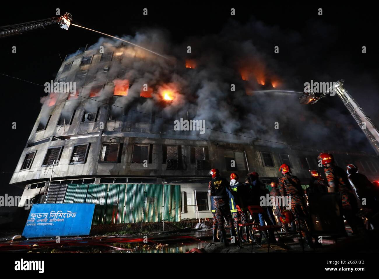 Dhaka, Dhaka, Bangladesch. Juli 2021. 09, Juli 2021 Feuer brach in der Fabrik von Hashem Foods Ltd in Narayanganj's Rupganj in Bangladesch aus.Quelle: Harun-or-Rashid/ZUMA Wire/Alamy Live News Stockfoto