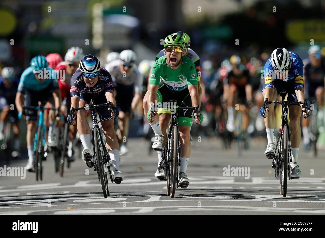 Radsport - Tour de France - Etappe 13 - Nimes nach Carcassonne - Frankreich - 9. Juli 2021 Deceuninck-Quick-Step-Fahrer Mark Cavendish aus Großbritannien im grünen Trikot feiert, als er die Linie überquert, um die Etappe 13 ZU gewinnen REUTERS/Benoit Tessier Stockfoto