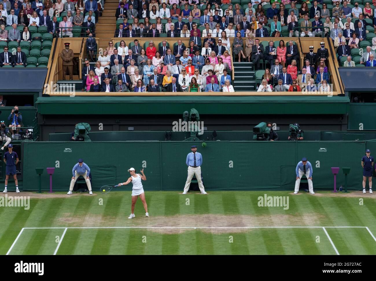 Gäste der Royal Box, während Ashleigh Barty (AUS) im Finale der Dameneinzel am 12. Tag von Wimbledon im All England Lawn Tennis and Croquet Club in Wimbledon gegen Karolina Pliskova (CZE) spielt. Bilddatum: Samstag, 10. Juli 2021. Stockfoto