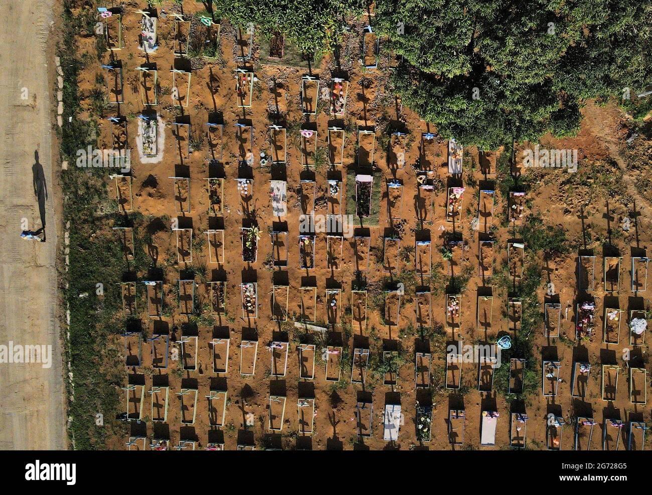 Eine Luftaufnahme zeigt den Friedhof Parque Taruma inmitten des Ausbruchs der Coronavirus-Krankheit (COVID-19) in Manaus, Bundesstaat Amazonas, Brasilien, 7. Juli 2021. Aufgenommen mit einer Drohne am 7. Juli 2021. REUTERS/Bruno Kelly Stockfoto