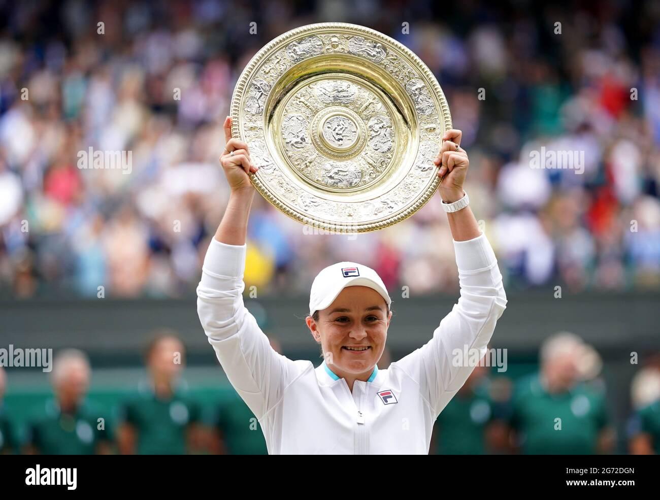 Ashleigh Barty feiert mit ihrer Trophäe, nachdem sie am 12. Tag von Wimbledon im All England Lawn Tennis and Croquet Club, Wimbledon, das Finale der Damen-Einzelspiele gegen Karolina Pliskova auf dem Mittelfeld gewonnen hat. Bilddatum: Samstag, 10. Juli 2021. Stockfoto