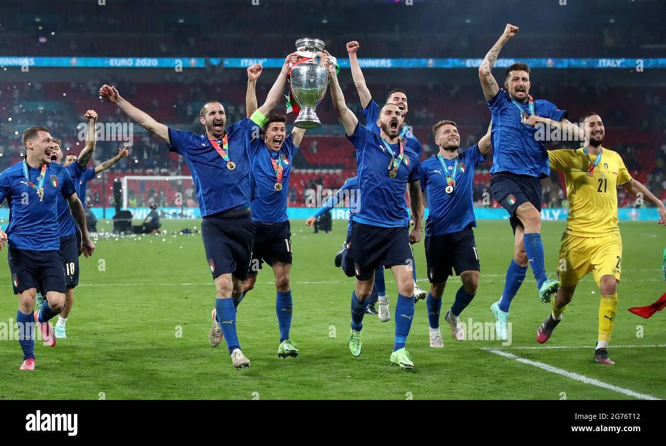 Die Italiener Giorgio Chiellini und Leonardo Bonucci tragen die Trophäe und feiern mit Teamkollegen, nachdem sie nach dem UEFA-EM-Finale 2020 im Wembley Stadium, London, den Elfmeterschießen gewonnen haben. Bilddatum: Sonntag, 11. Juli 2021. Stockfoto