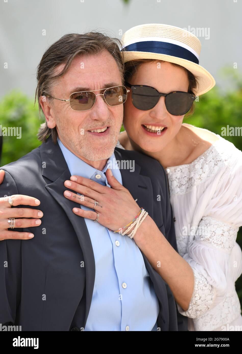 Cannes, Frankreich, 12. Juli 2021 Tim Roth und Vicky Krieps bei der Fotoschau für Bergman Island, die im Palais des Festivals stattfand. Teil der 74. Filmfestspiele von Cannes. Quelle: Doug Peters/EMPICS/Alamy Live News Stockfoto