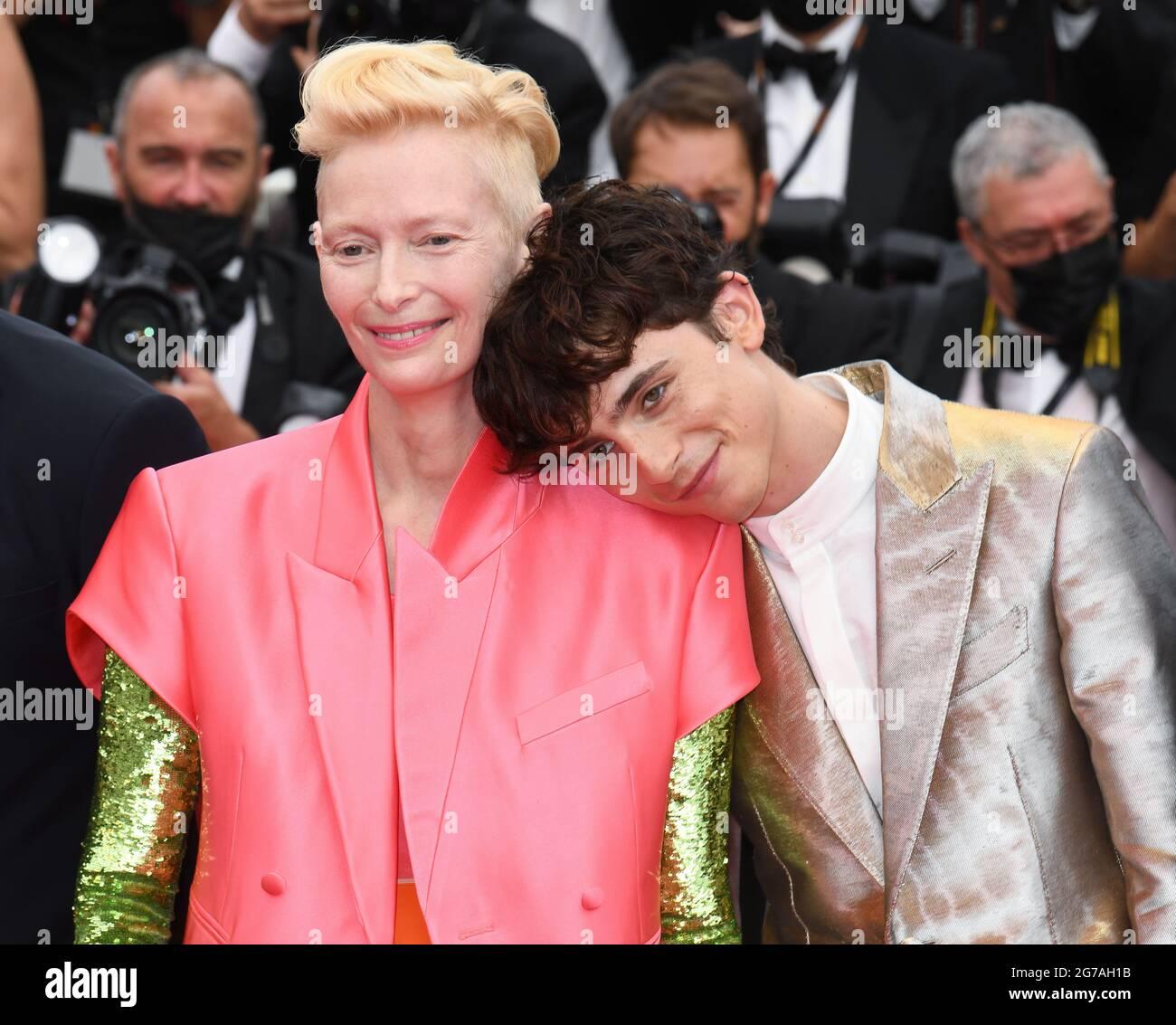 Cannes, Frankreich, 12. Juli 2021 Tilda Swinton und Timothee Chalamet bei der französischen Dispatch-Premiere, die im Palais des Festivals stattfand. Teil der 74. Filmfestspiele von Cannes. Quelle: Doug Peters/EMPICS/Alamy Live News Stockfoto